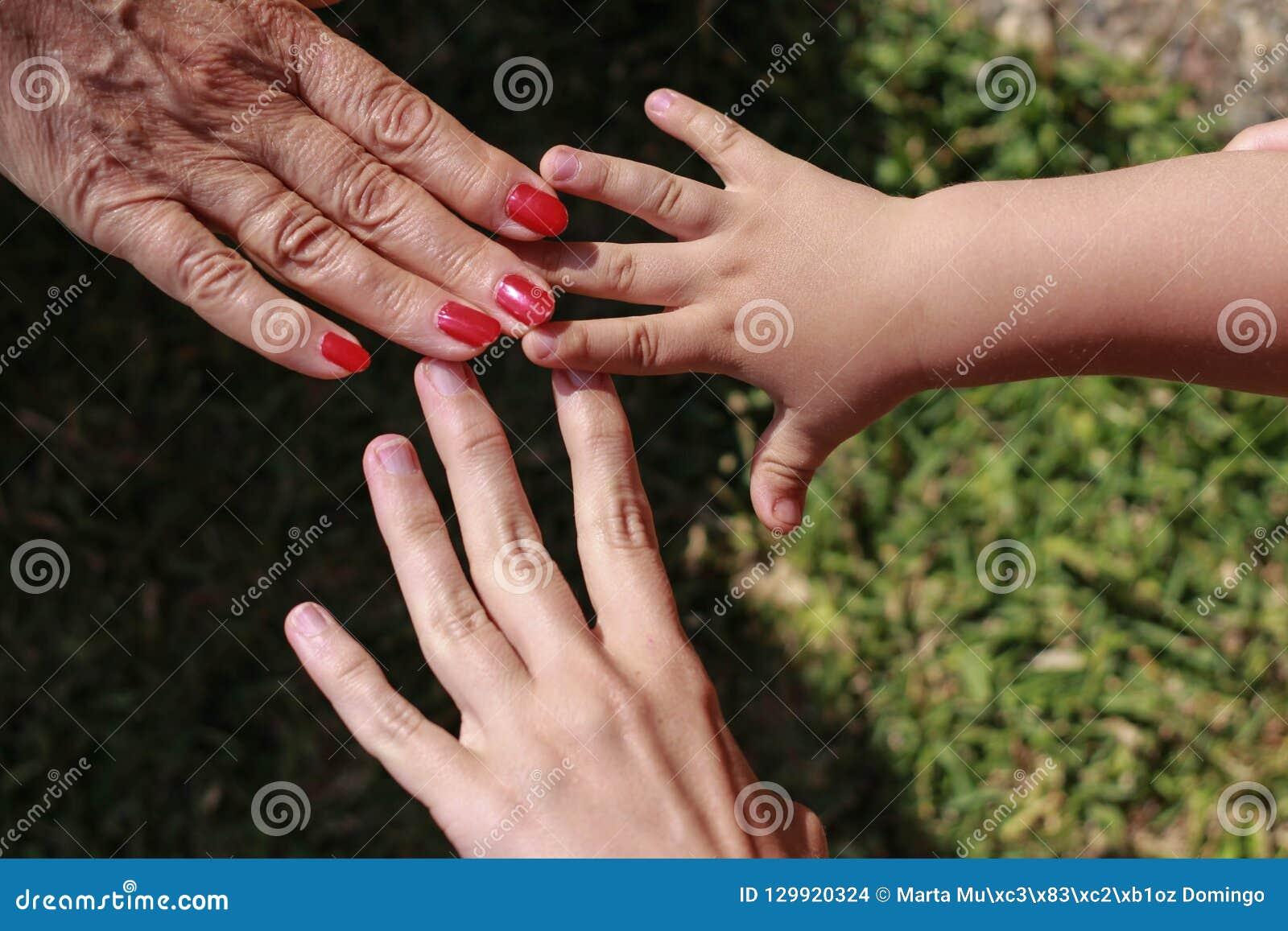Trzy ręki rodzina: syn, matka i babcia,