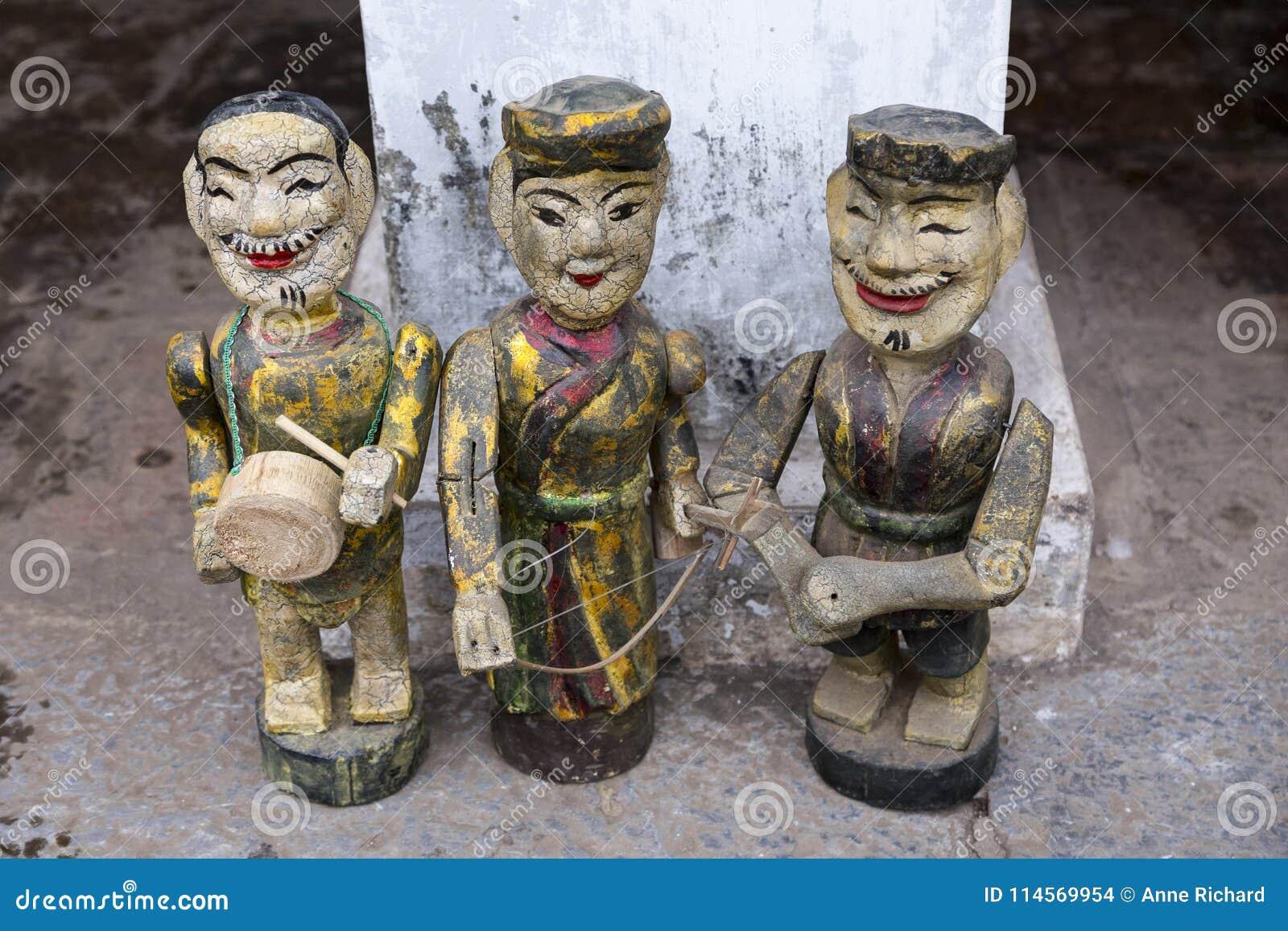 Trzy rocznik Wietnamskiej ręcznie malowany drewnianej statuy