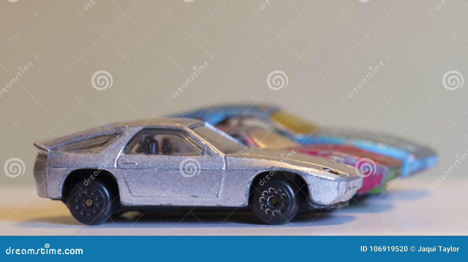 Trzy starego powyginanego zabawkarskiego samochodu