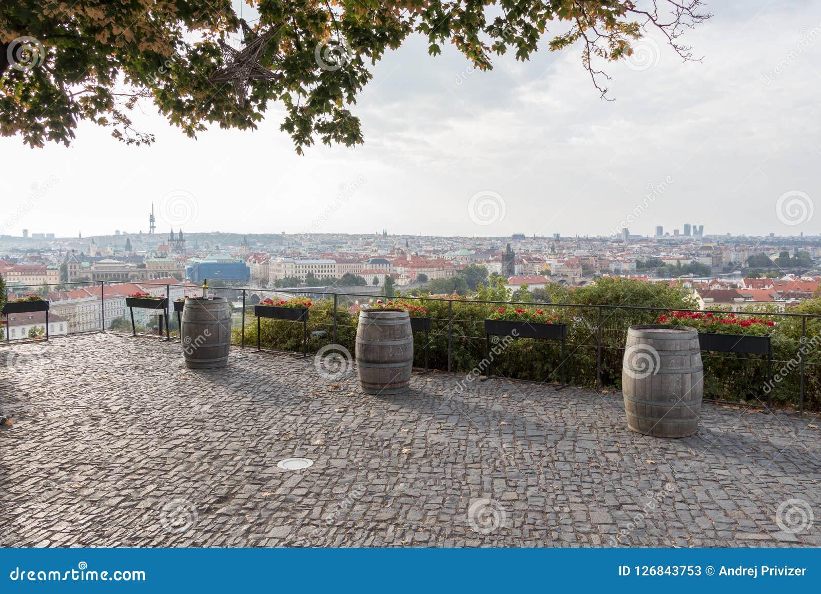 Trzy starej wino baryłki w Praga, republika czech