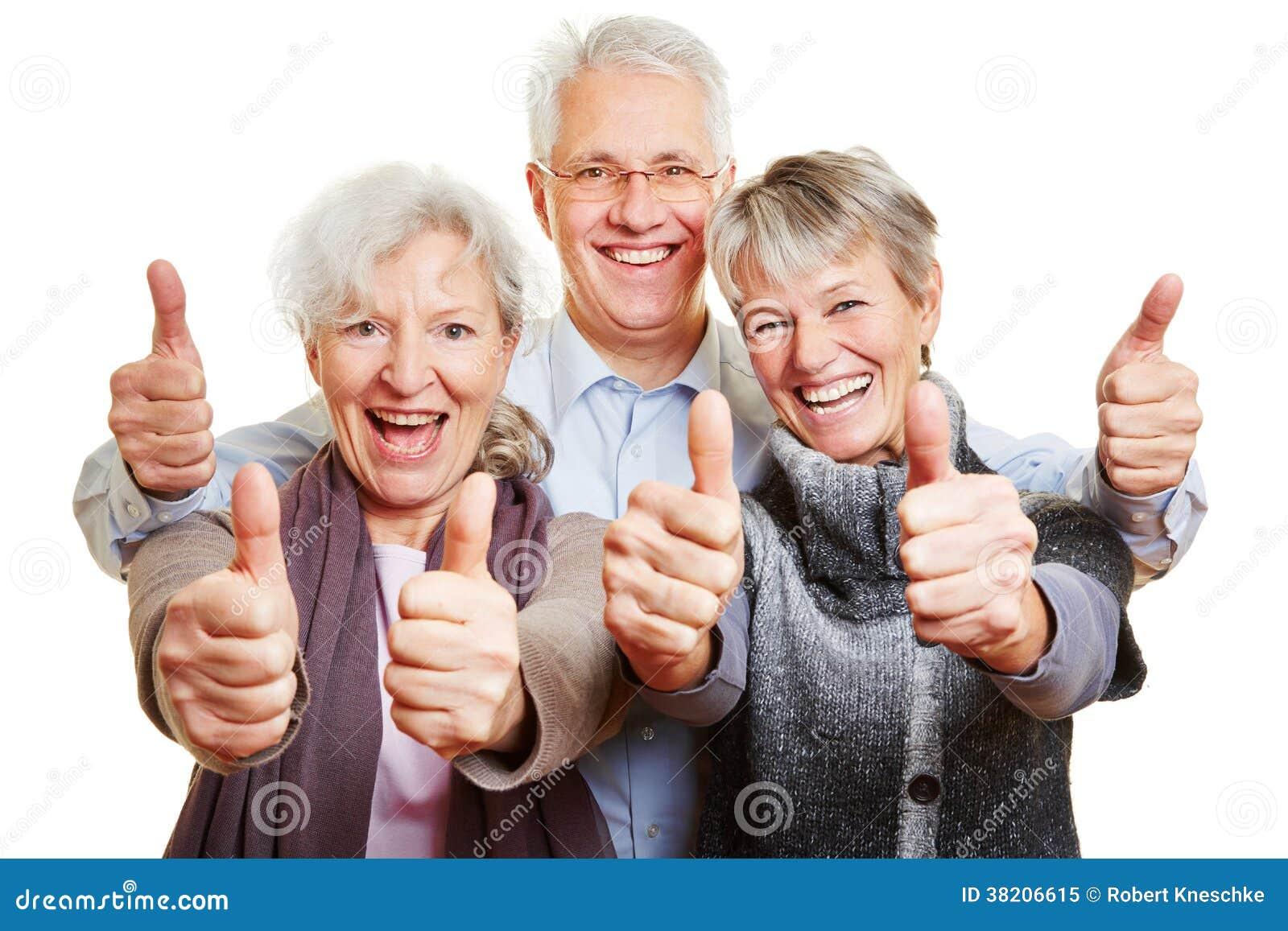 Trzy szczęśliwego starszego ludzie trzymać