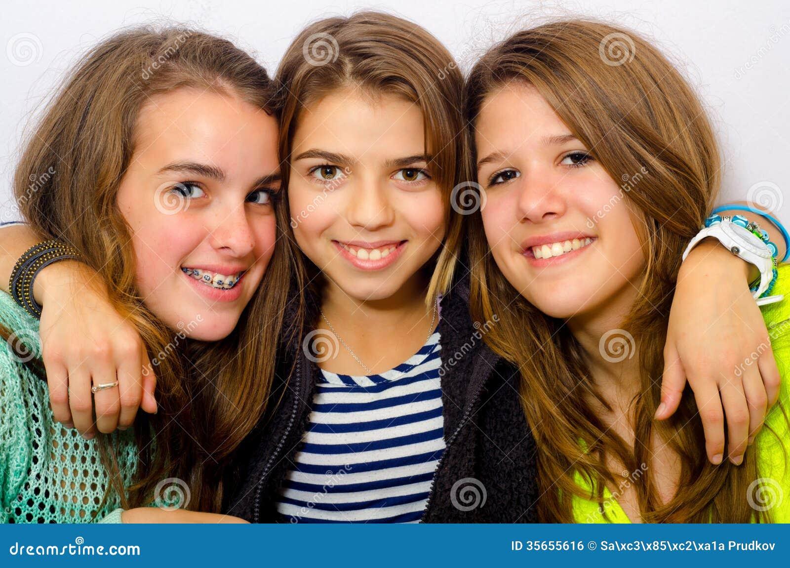 Trzy szczęśliwej nastoletniej dziewczyny