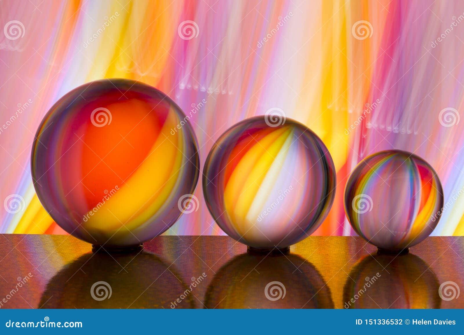 Trzy szklanej kryształowej kuli z tęczą kolorowy lekki obraz za one z rzędu