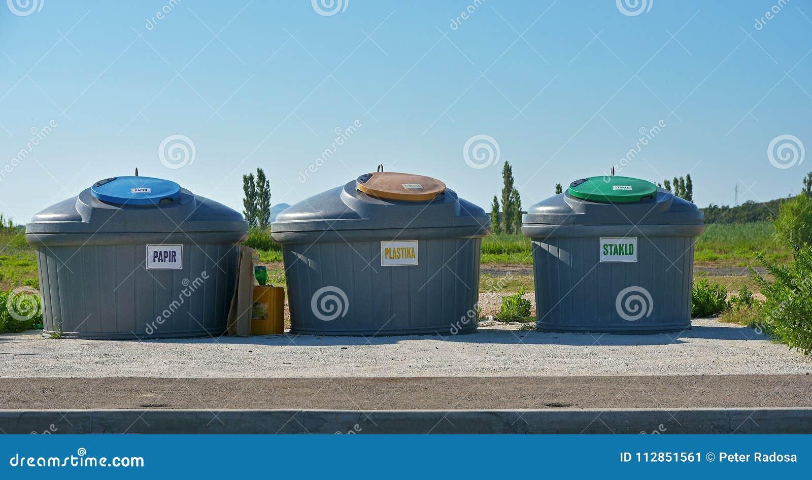 Trzy zbiornika dla ułożonego odpady i niebieskiego nieba