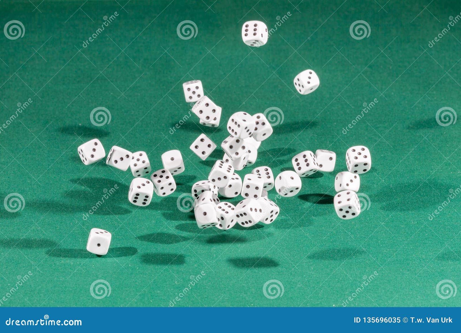 Trzydzieści biel dices spadać na zielonym stole
