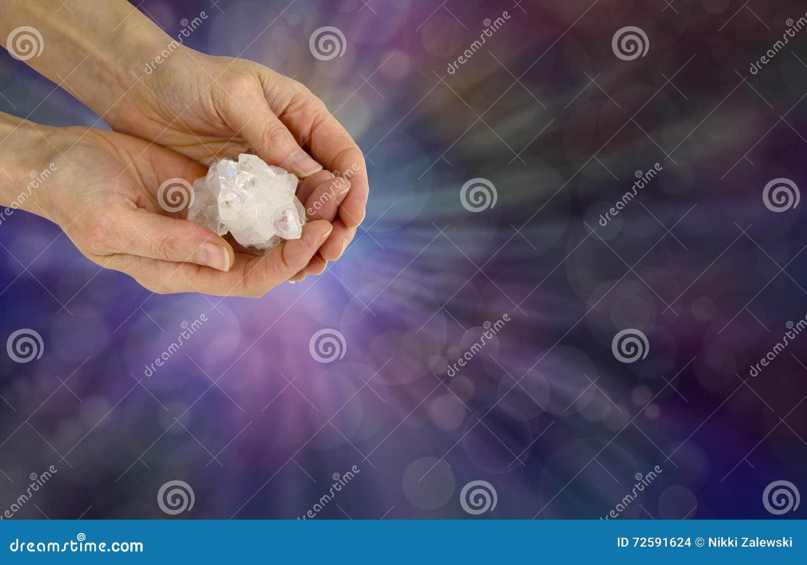 Trzymać Reiki mistrza Apophyllite Krystalicznego grono