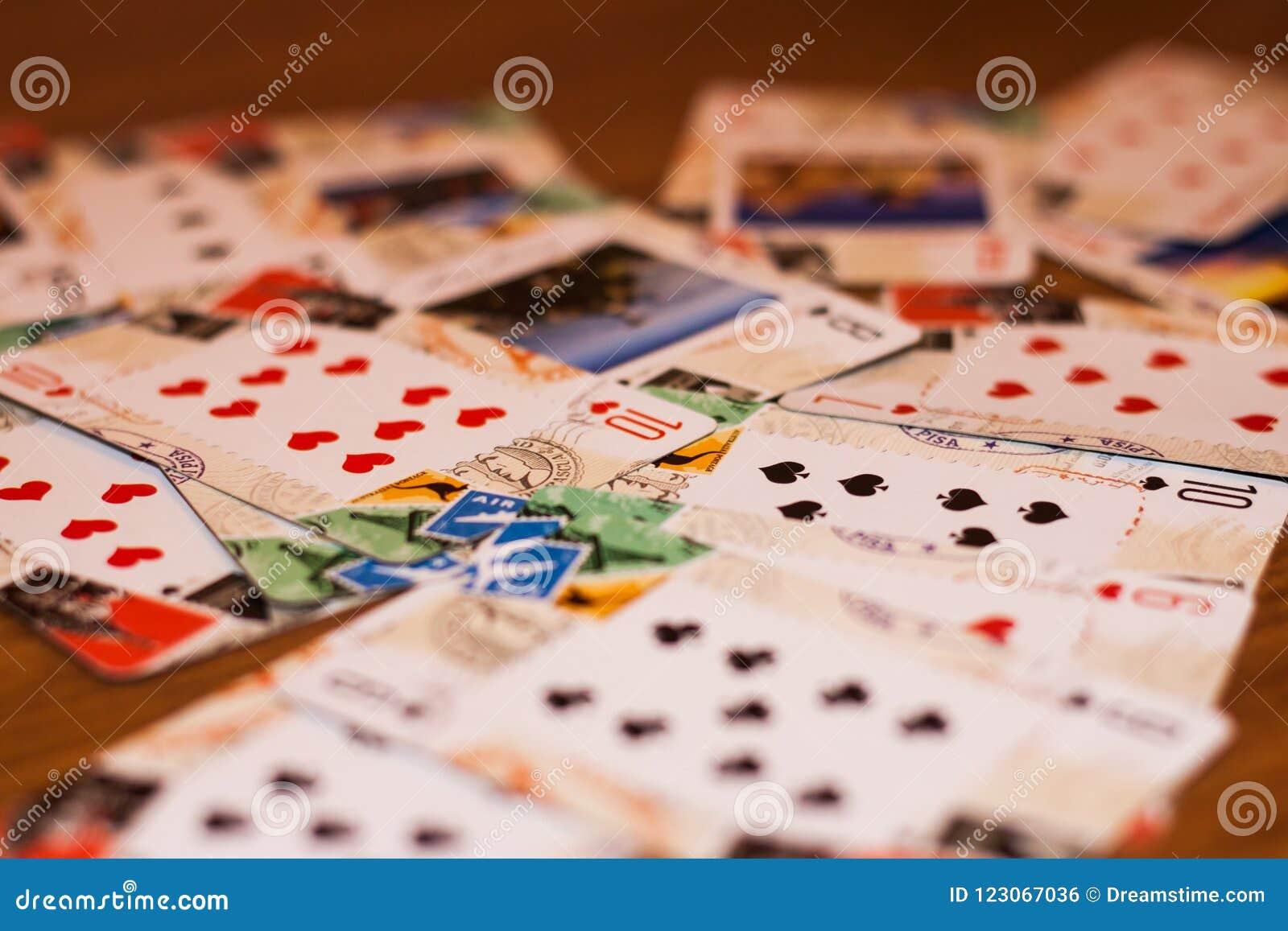 Trzyma wygraną kartę w ręce