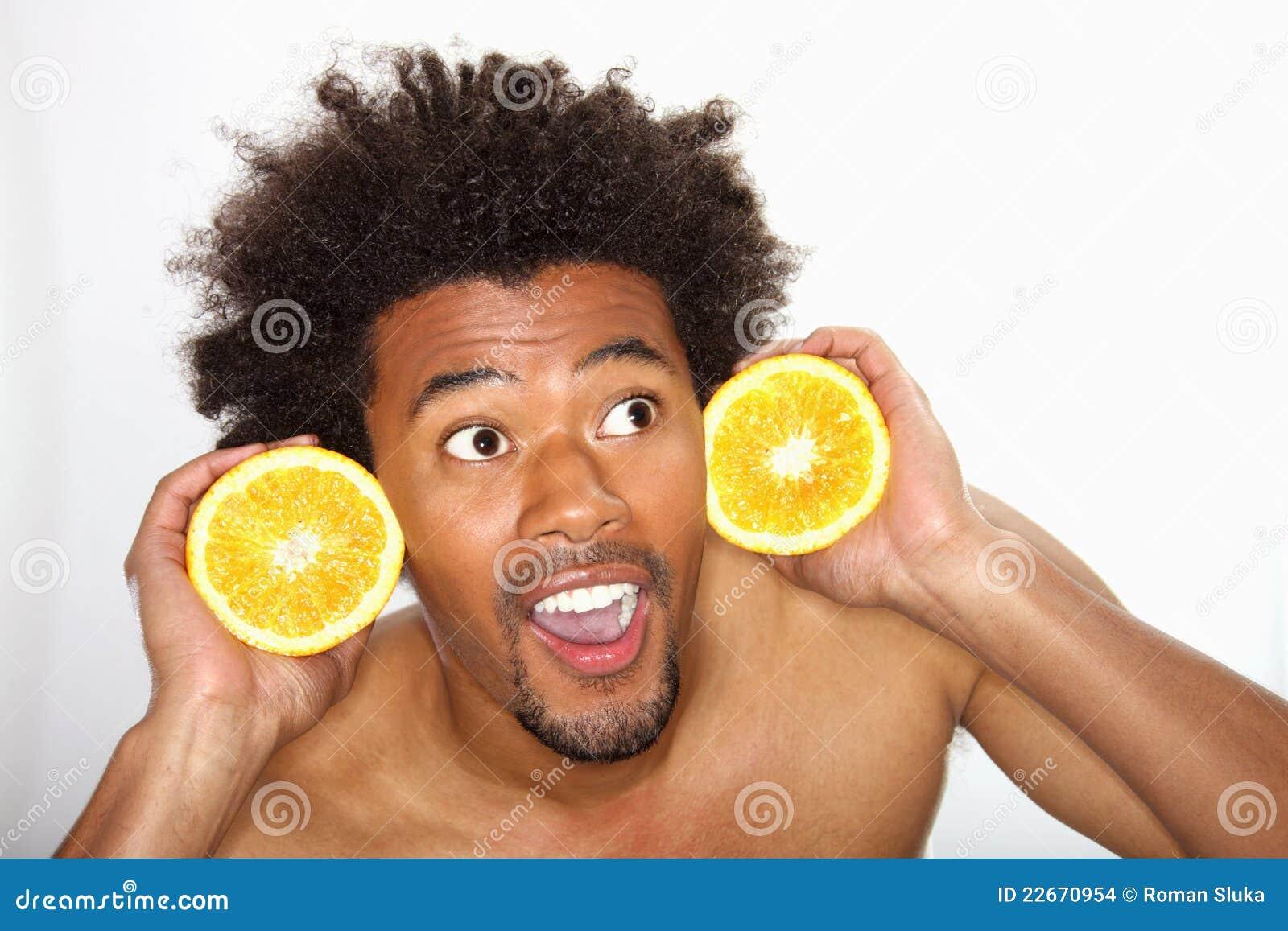 Trzymający mężczyzna pomarańcze młody