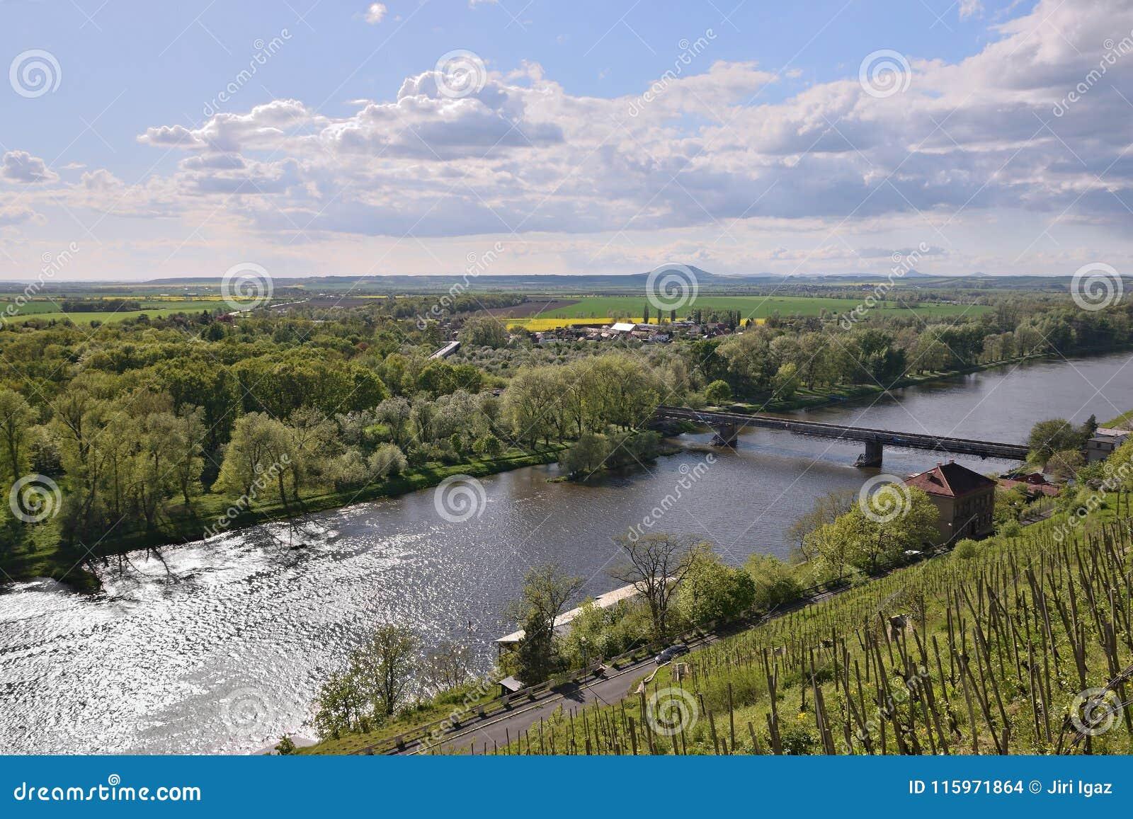 Tschechische Landschaft mit europäischem Fluss Labe und Josef Straka überbrücken, wenn sie im Frühjahr vom Ausblick in Melnik-Sta