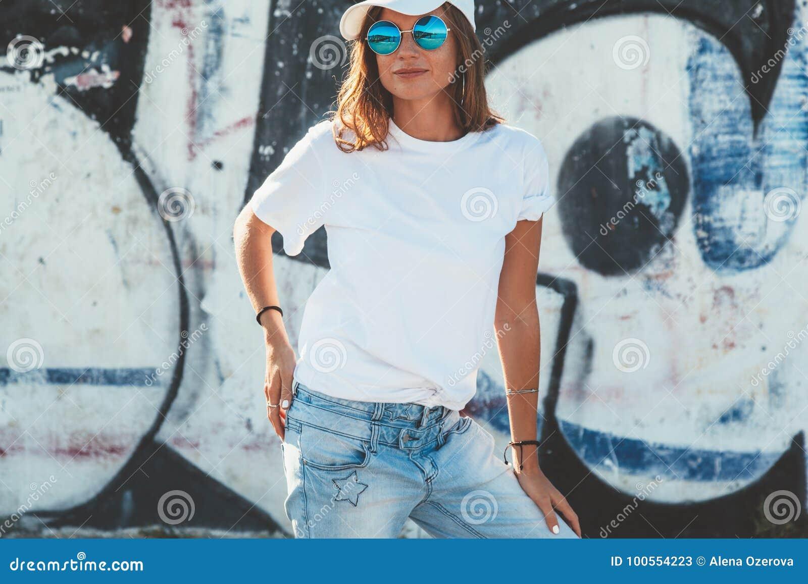 325e49f6a Tshirt modelo e óculos de sol lisos vestindo que levantam sobre a rua wal