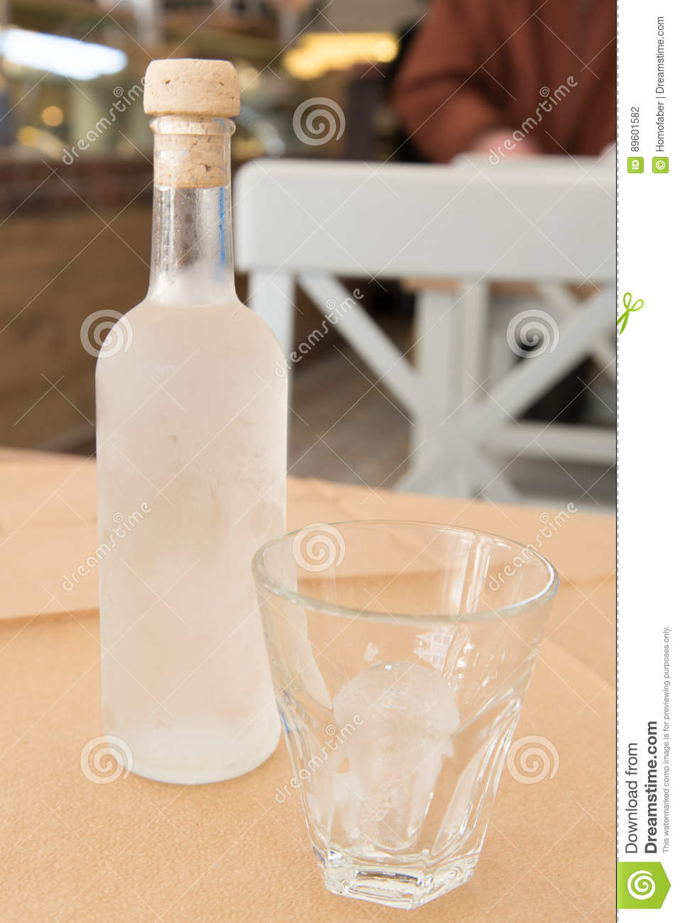 Tsipouro με ένα γυαλί με τον πάγο