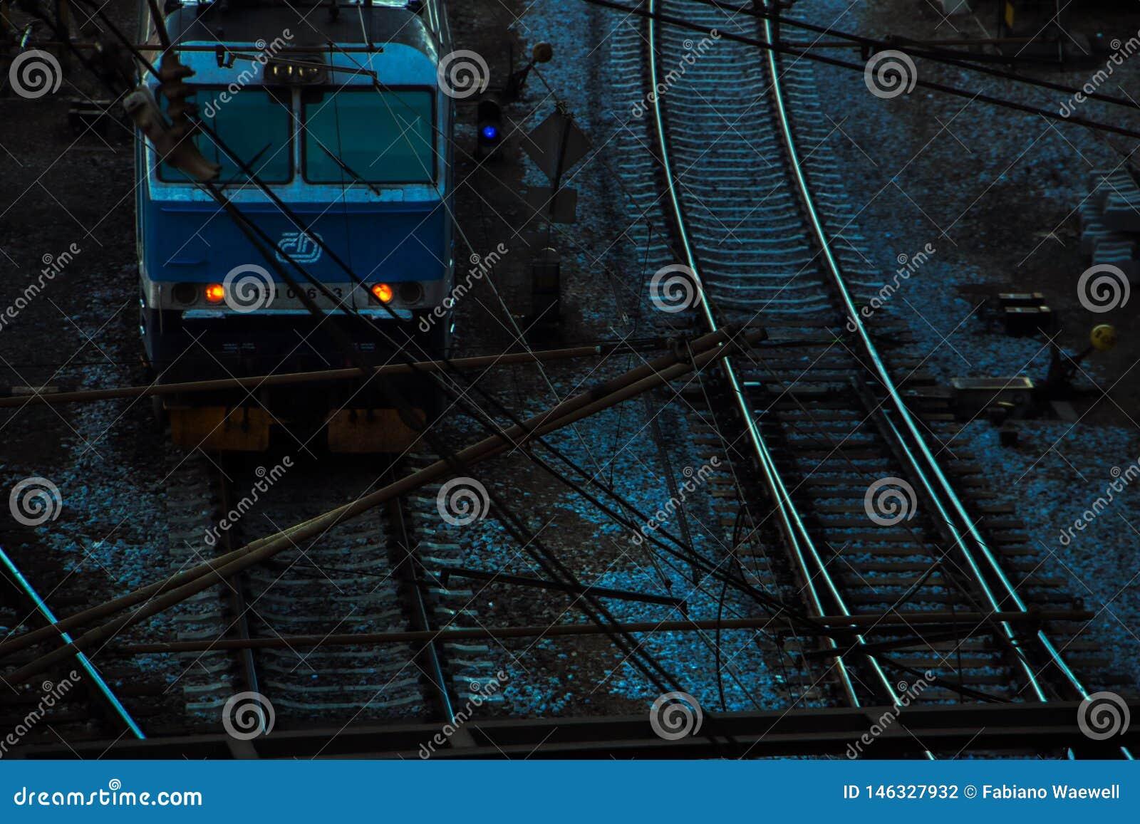 Tsjechische die trein buiten hlavninadrazi bij nacht wordt geparkeerd