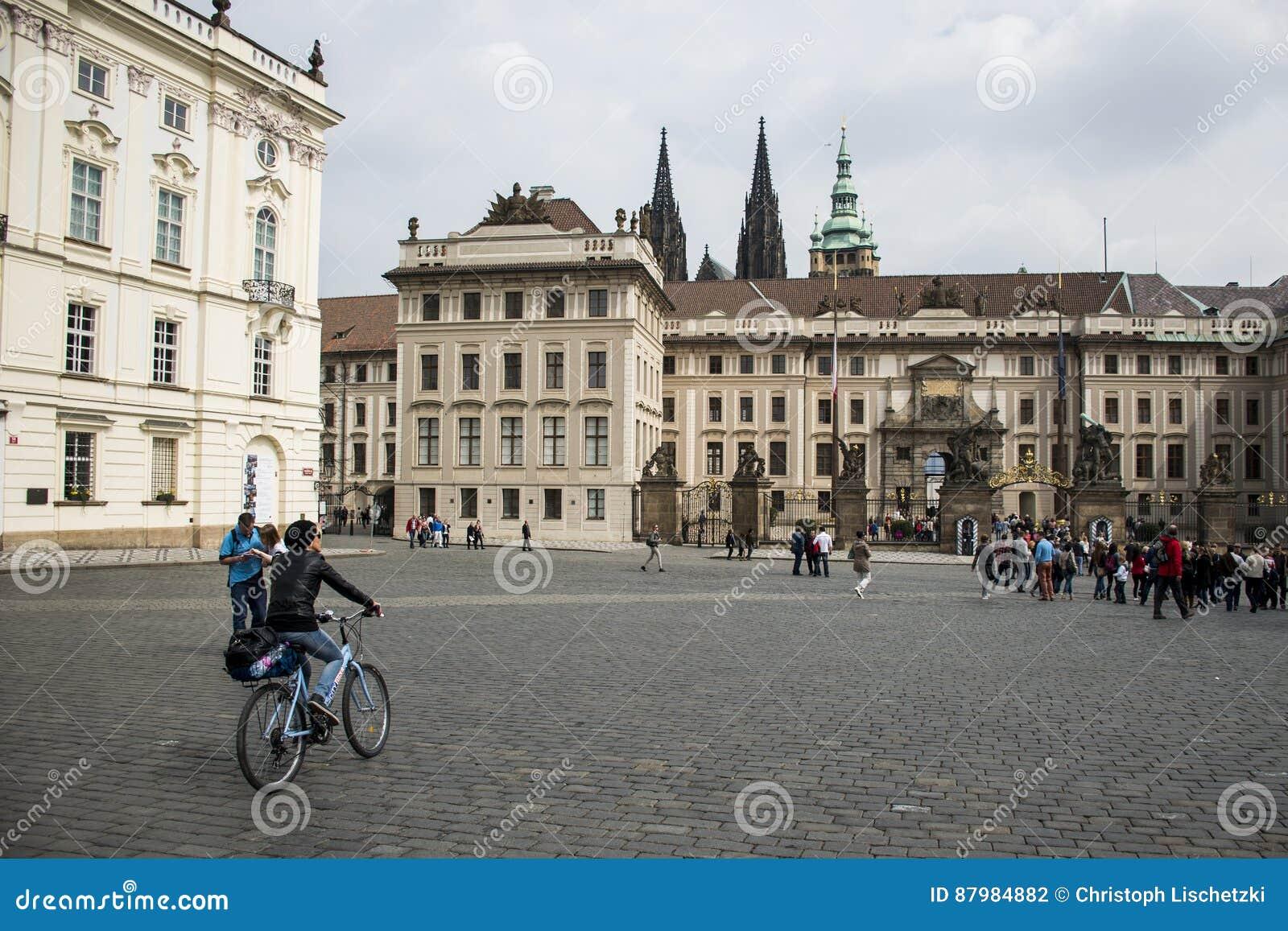 Tsjechische Republiek Praag 11 04 2014: Het jonge meisje cirkelen in het wijfje die van de capitolstad op een zonnige dag koelen