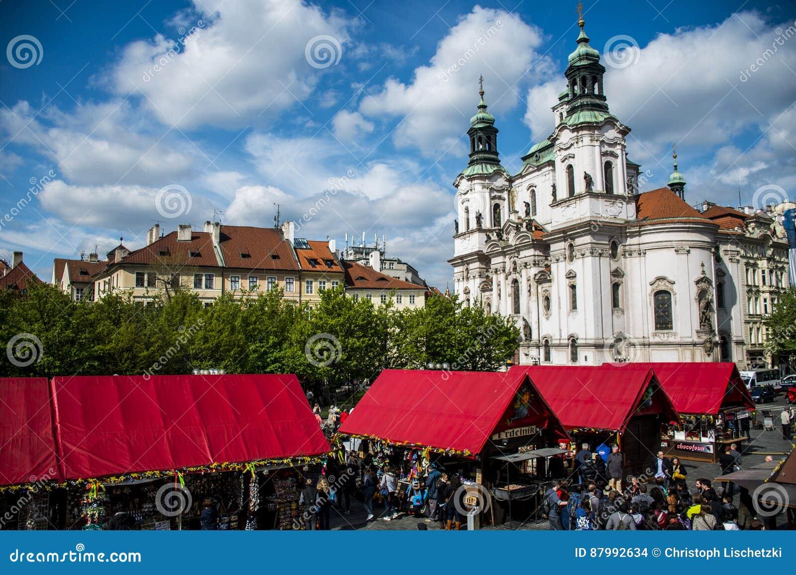 Tsjechische Republiek Praag 11 04 2014: Mensen op markt voor de kerk van heilige Nikolaus