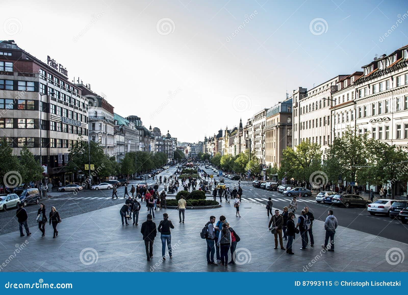 Tsjechische Republiek 11 van Praag 04 2014: Mensen die vierkant van Praag Wenceslas van het Gebouwen het historische centrum in E