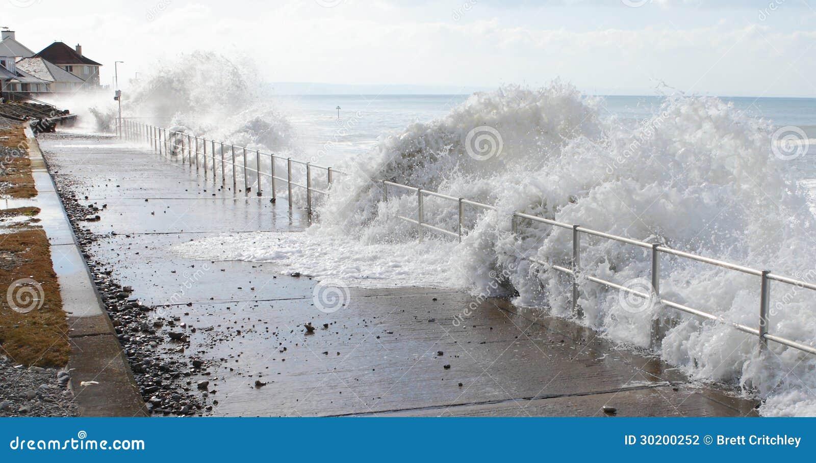 Fala wody morskiej tsunami