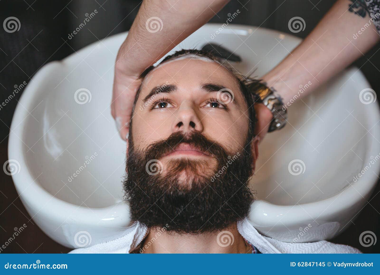 Tête De Lavage De Styliste En Coiffure De L'homme Avec La Barbe ...