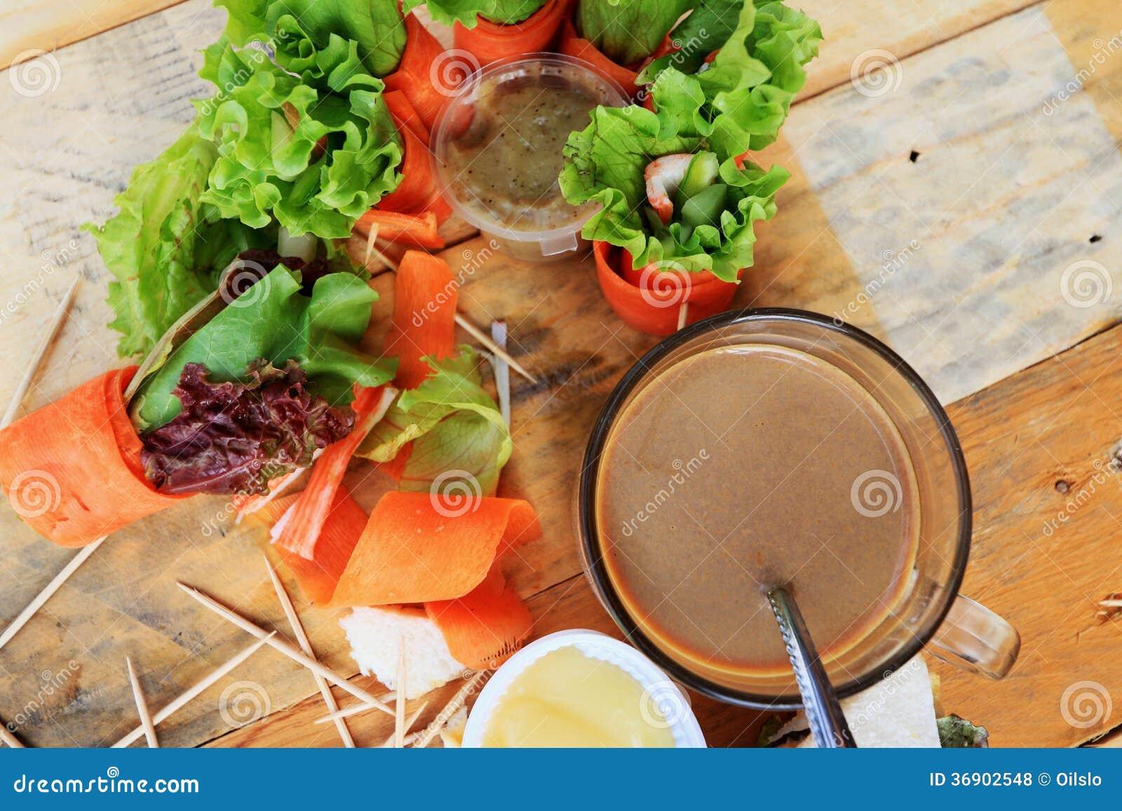 Tuńczyk kanapka z sałatkowymi warzywami i kawą