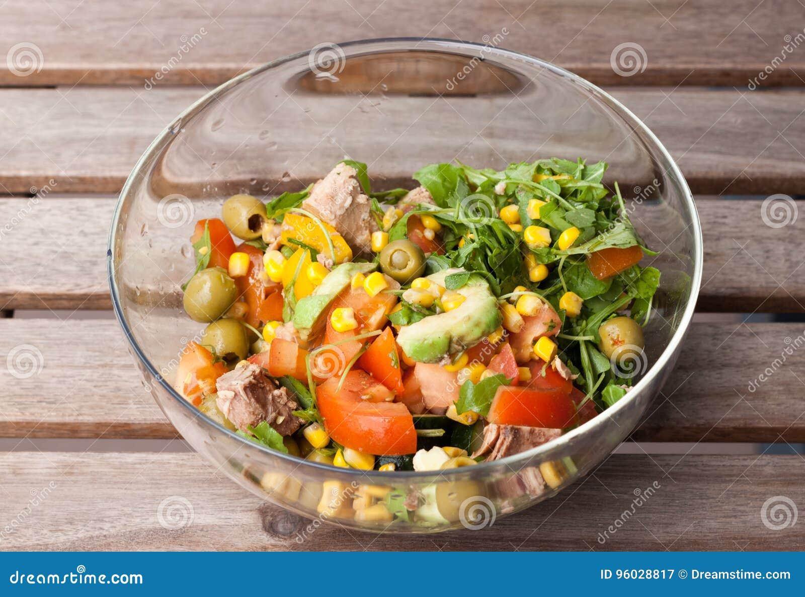Tuńczyk sałatka z kukurudzą, dzika rakieta, pomidory, ogórki, avocado