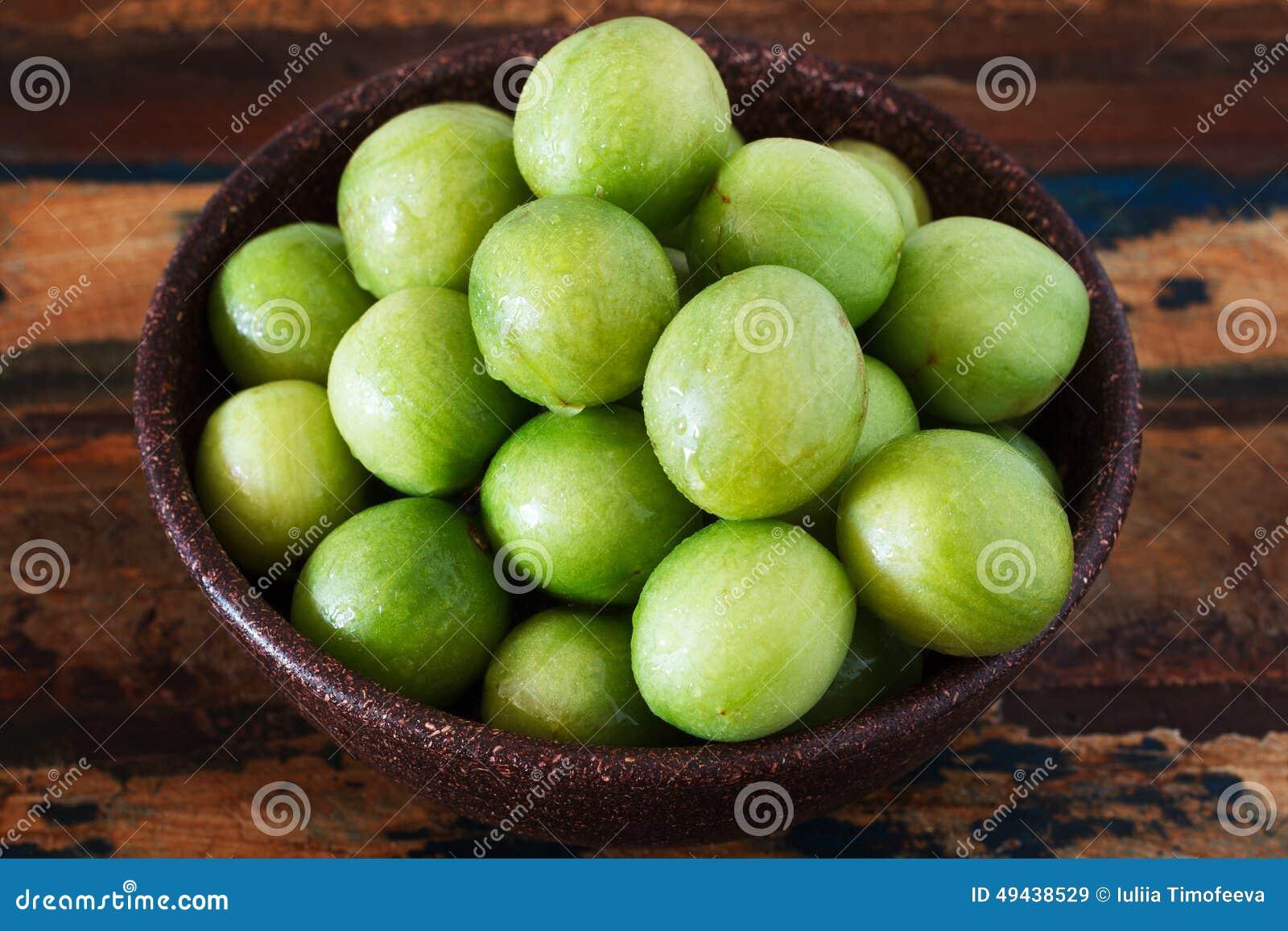 巴西果子热带母果tuberosa (巴西李子,imbu, umbu)在桌上的碗 选择