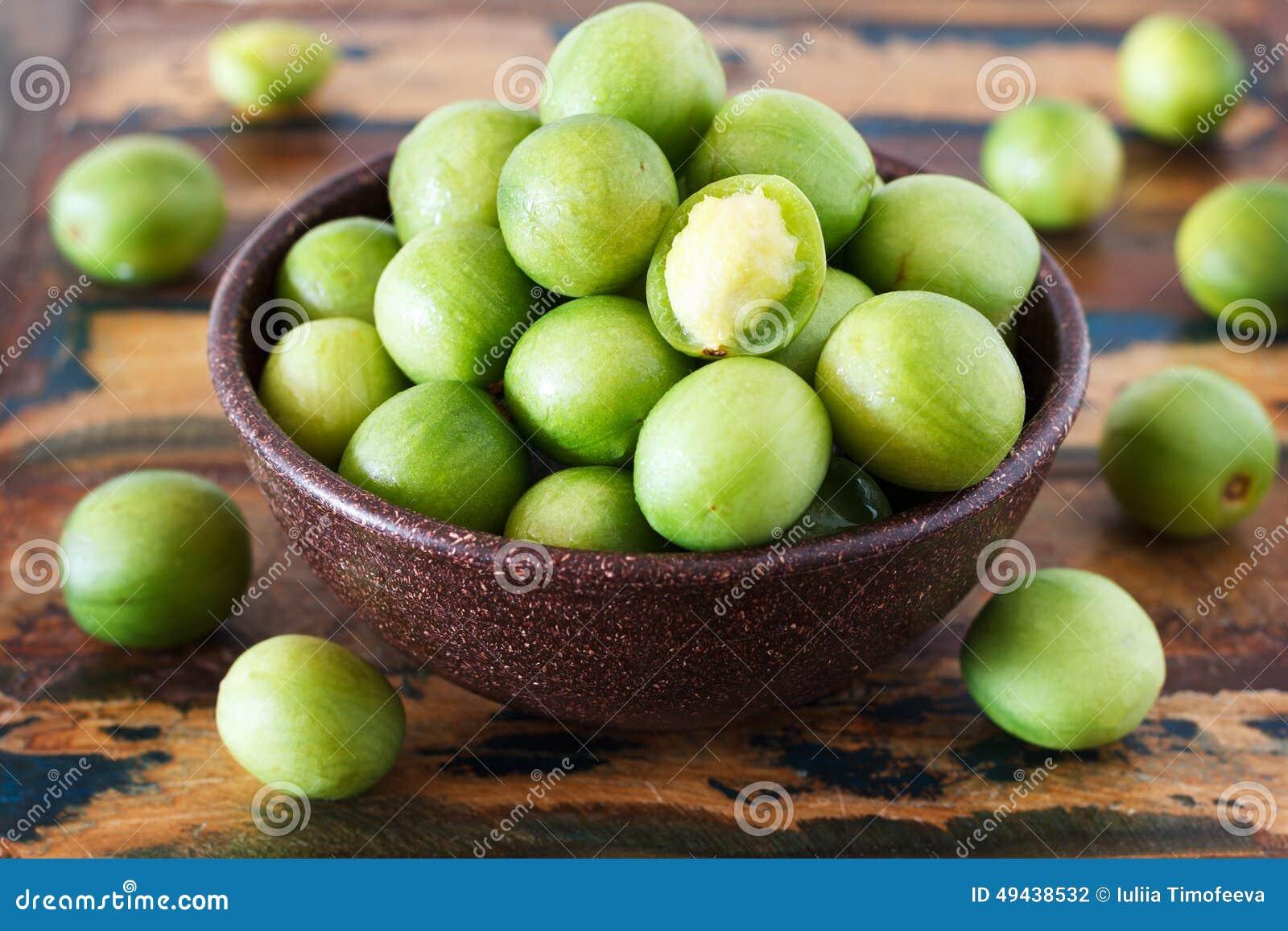 巴西果子热带母果tuberosa (巴西李子,umbu, imbu)在木桌上的碗 选择