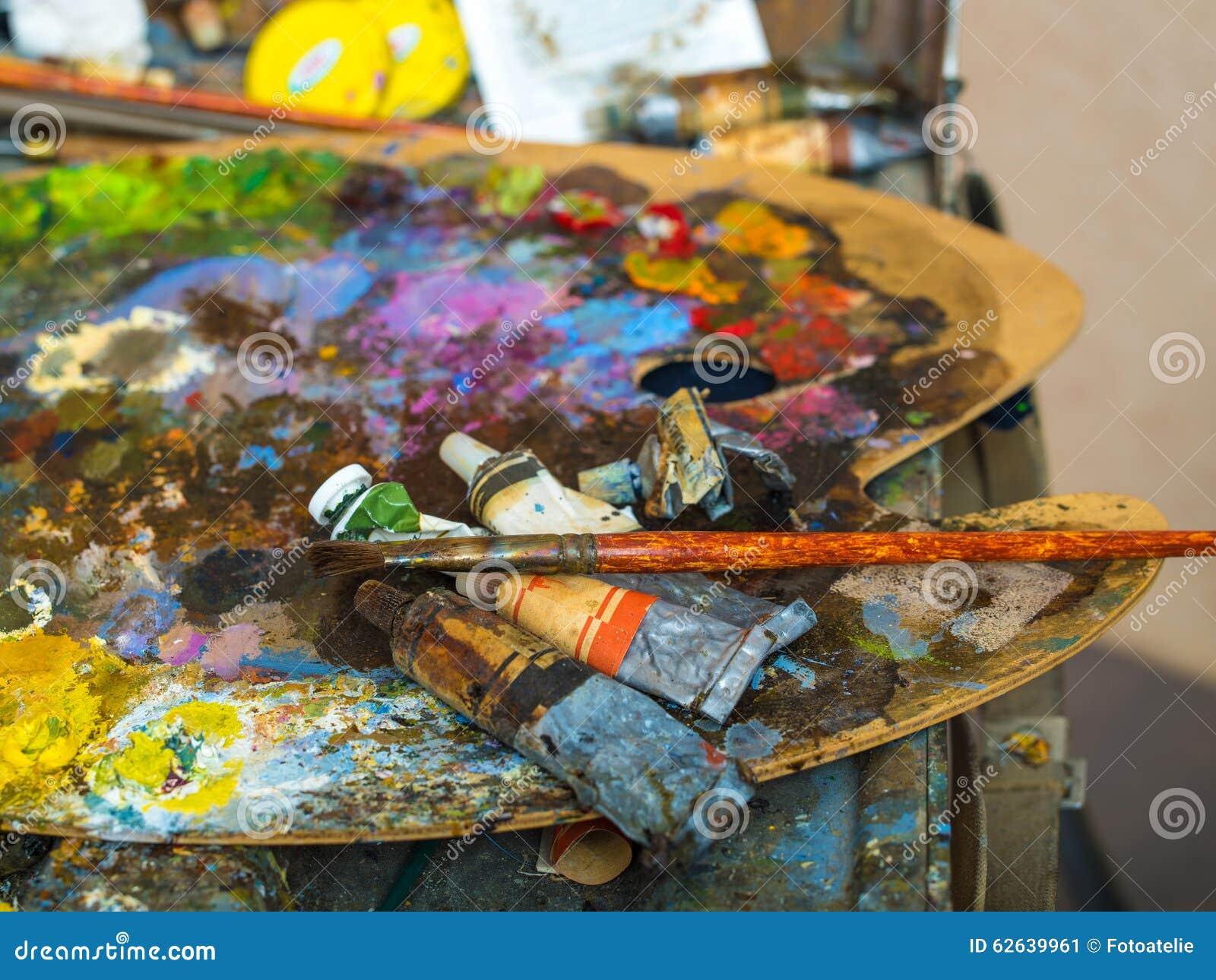 Tubes de peinture sur une palette pour les peintures l for Peinture palette