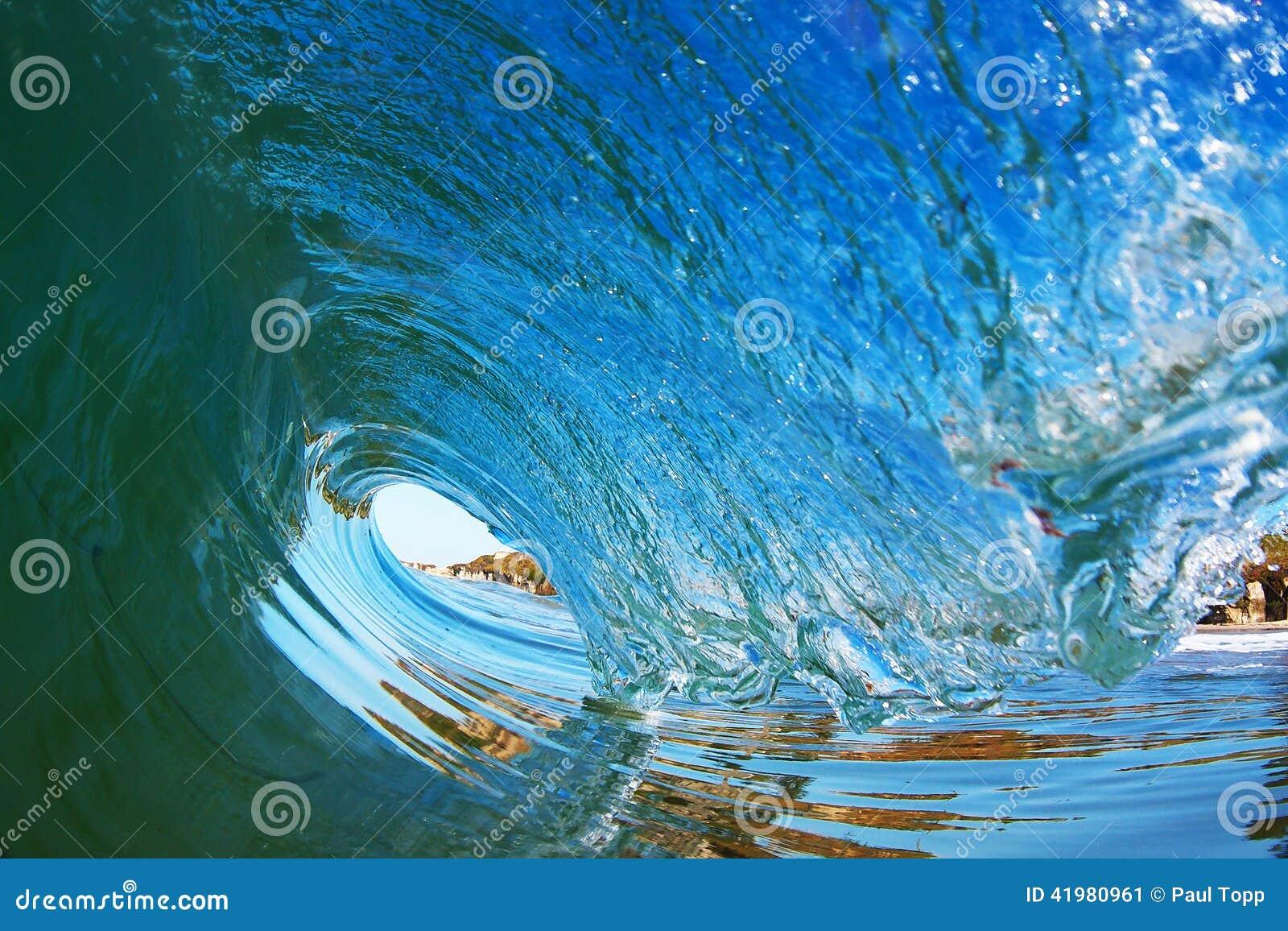 Tubformig surfa våg som bryter nära kusten i Kalifornien