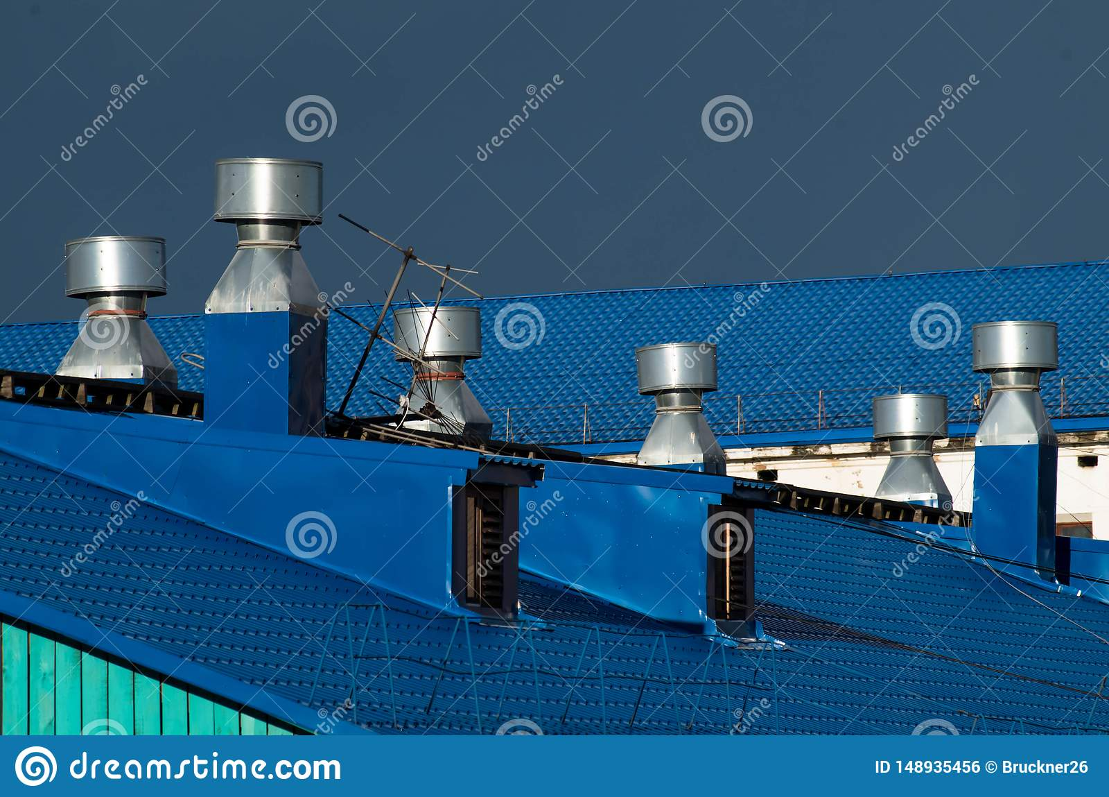 Tubi blu di ventilazione e del tetto su