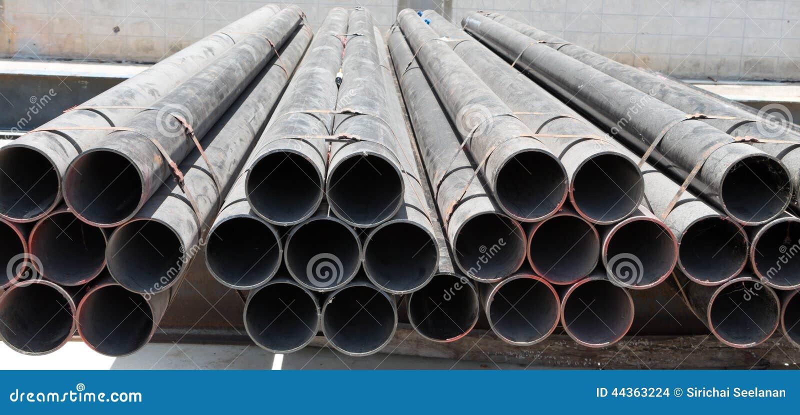 Tubi d acciaio su in bianco e nero