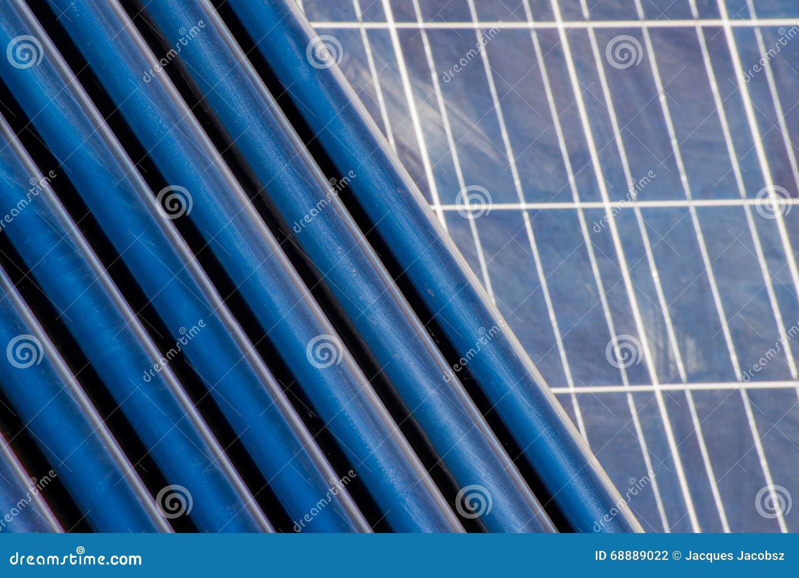 Tubi del riscaldamento solare davanti ad un pannello solare