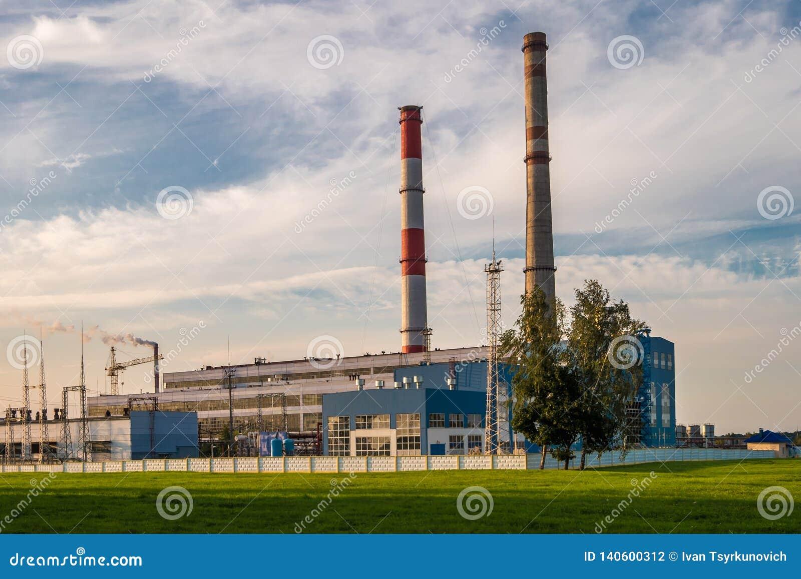 Tubi di una pianta chimica di impresa Concetto di inquinamento atmosferico Spreco industriale dell inquinamento ambientale del pa