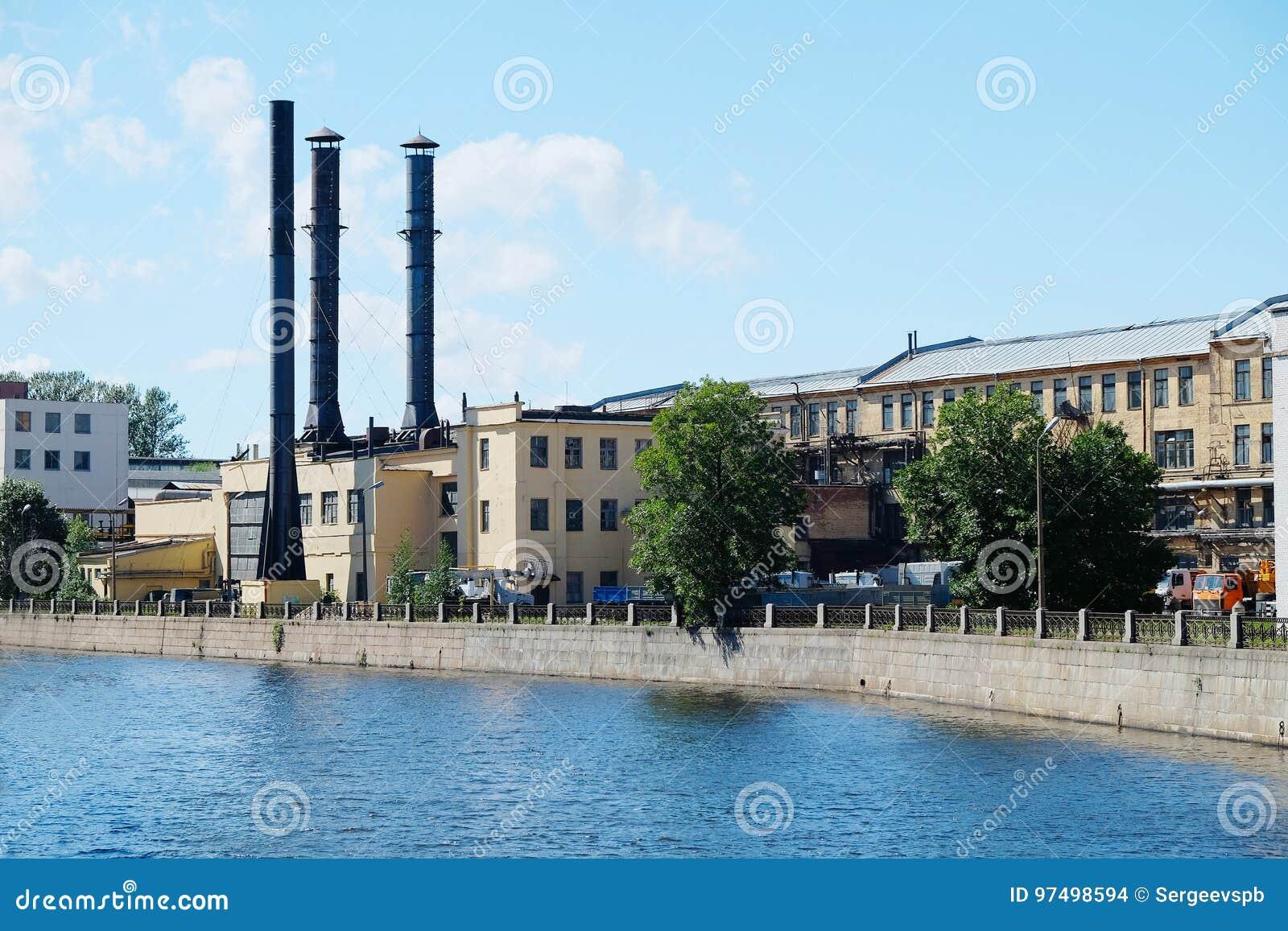Tubi di vecchio fabbricato industriale