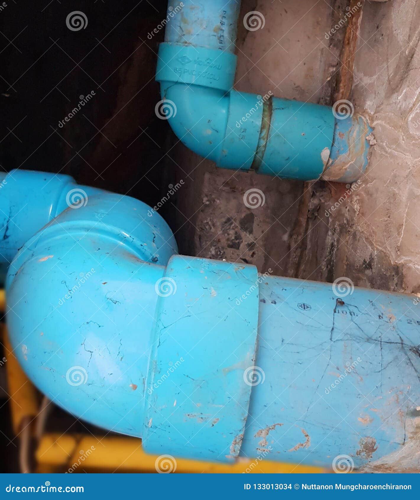 Tubi per fognatura nel bagno