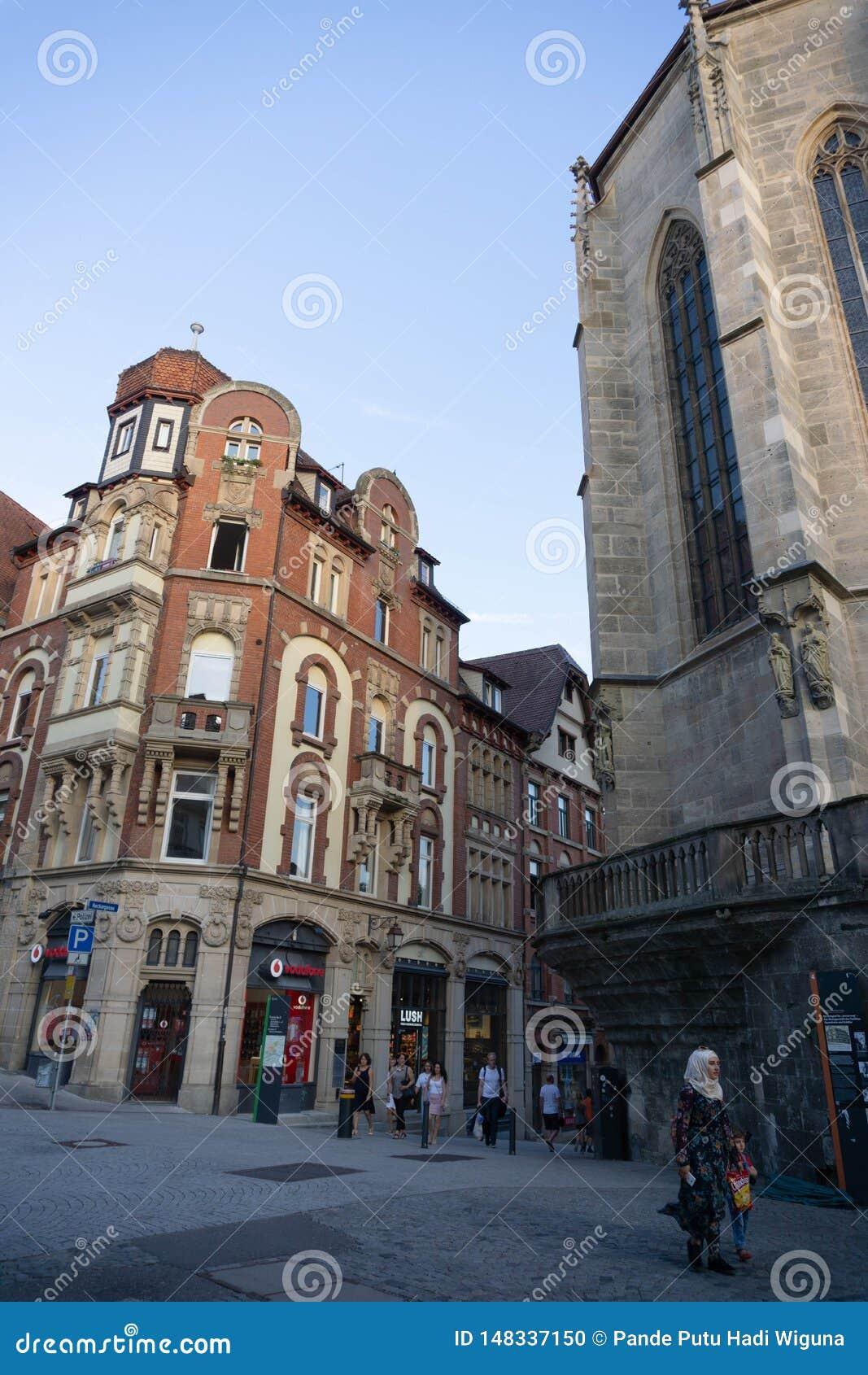 TUBINGEN/GERMANY- 31 DE JULIO DE 2018: un edificio cl?sico del Europeo-estilo en los cruces, es la tienda de los vodafone en Tubi