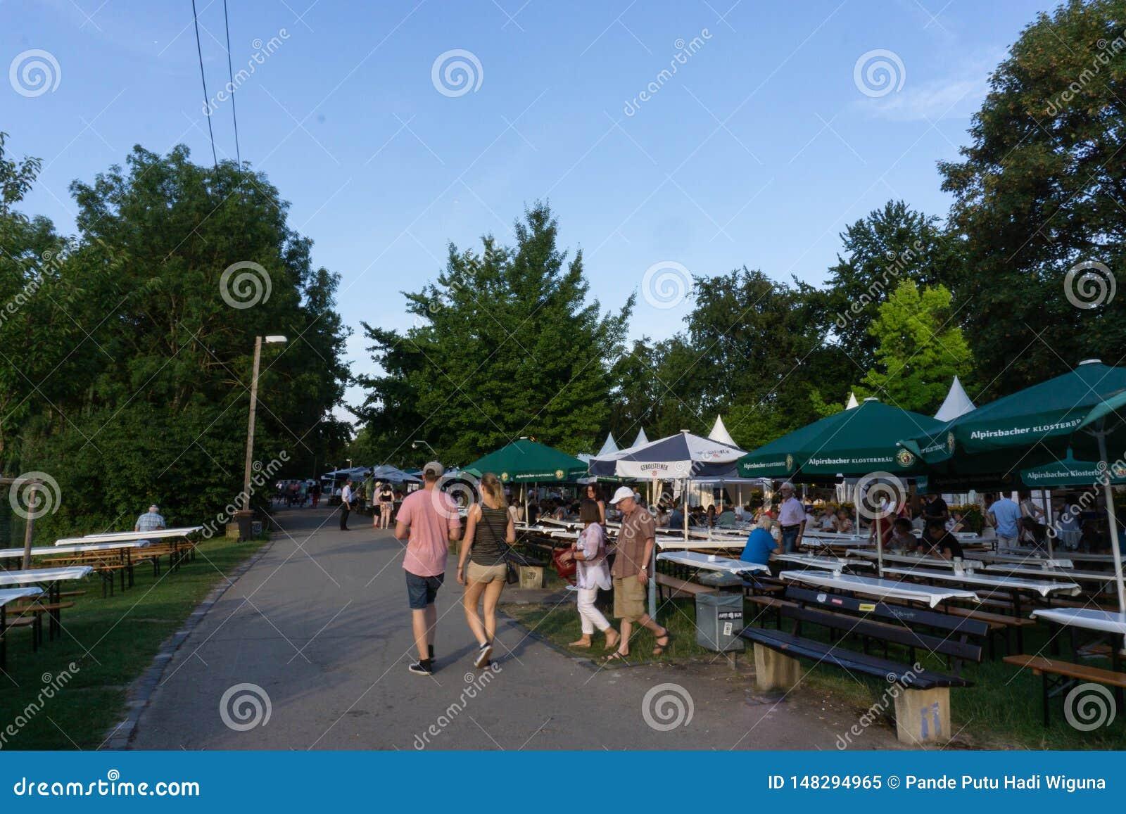 TUBINGEN/GERMANY: 31 JULI 2018: Een natuurlijke voetganger rond de stad van T?bingen terwijl een voedselfestival en banken aan de