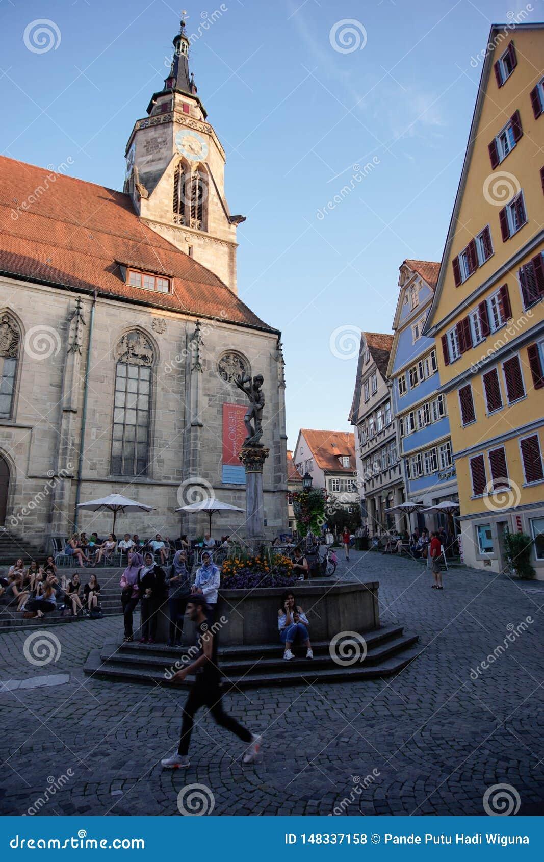 TUBINGEN/GERMANY: AM 30. JULI 2018: Eine moslemische Reisendfrau schaut gl?cklich und geht auf die B?rgersteige der Stadt von Tub
