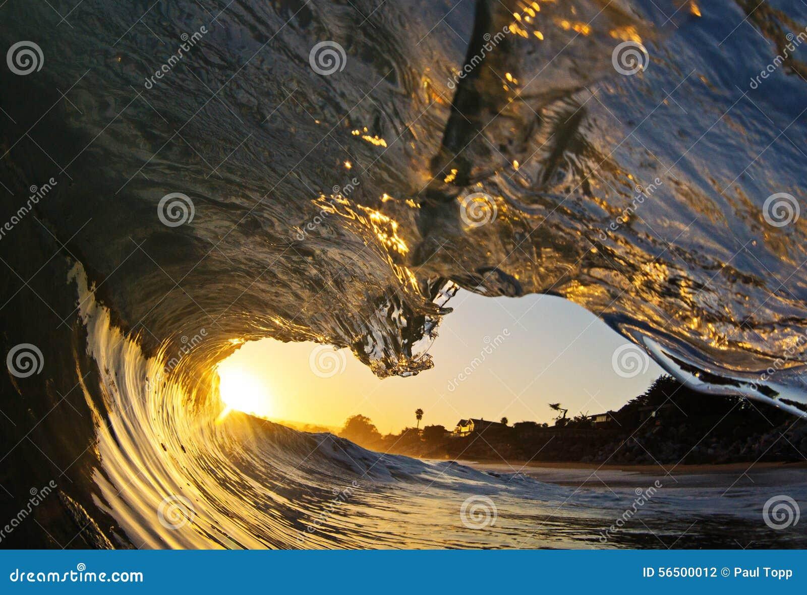Tubo da onda de oceano no por do sol na praia em Califórnia