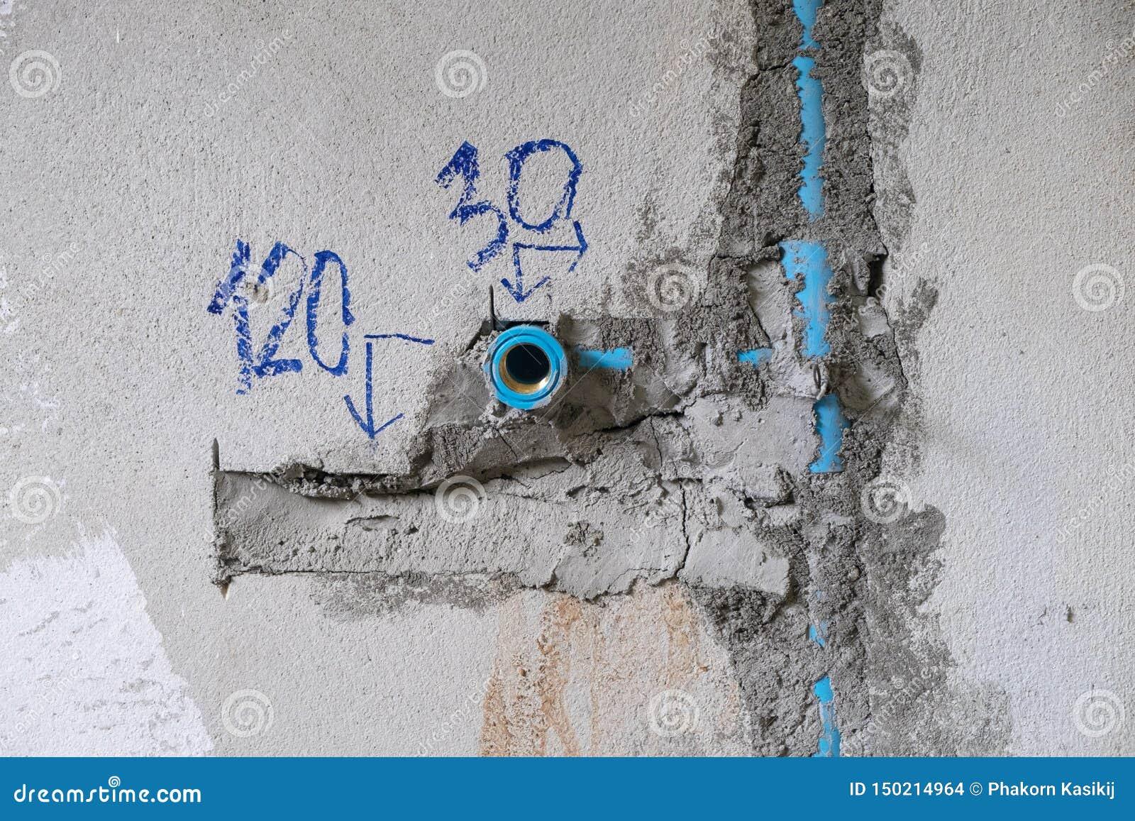 Tubo de agua del PVC en la pared, circuito de agua en la construcción de la casa