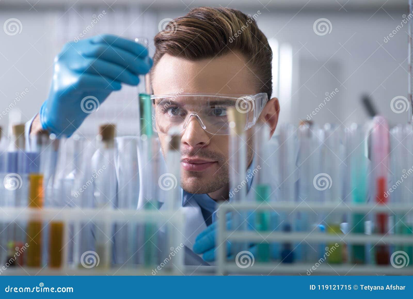 Tubo de ensaio de mantimento e de negligência do cientista interessado novo