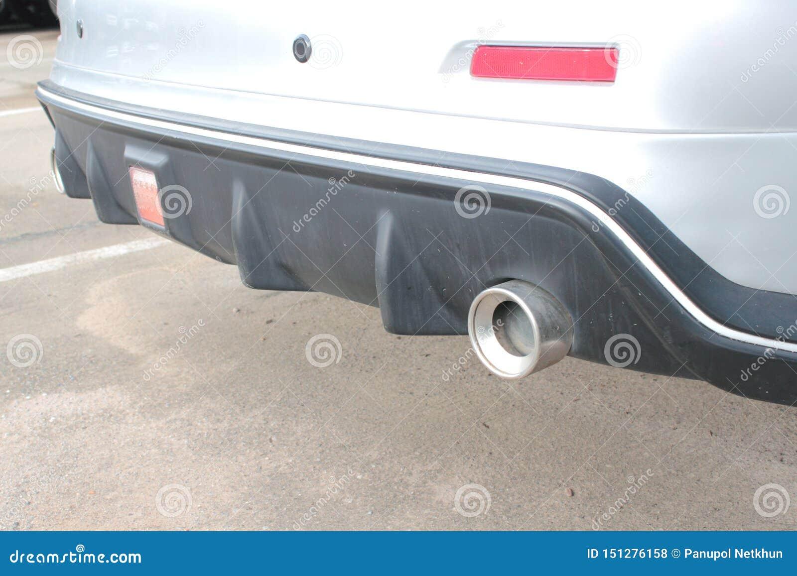 Tubo de escape moderno en el coche