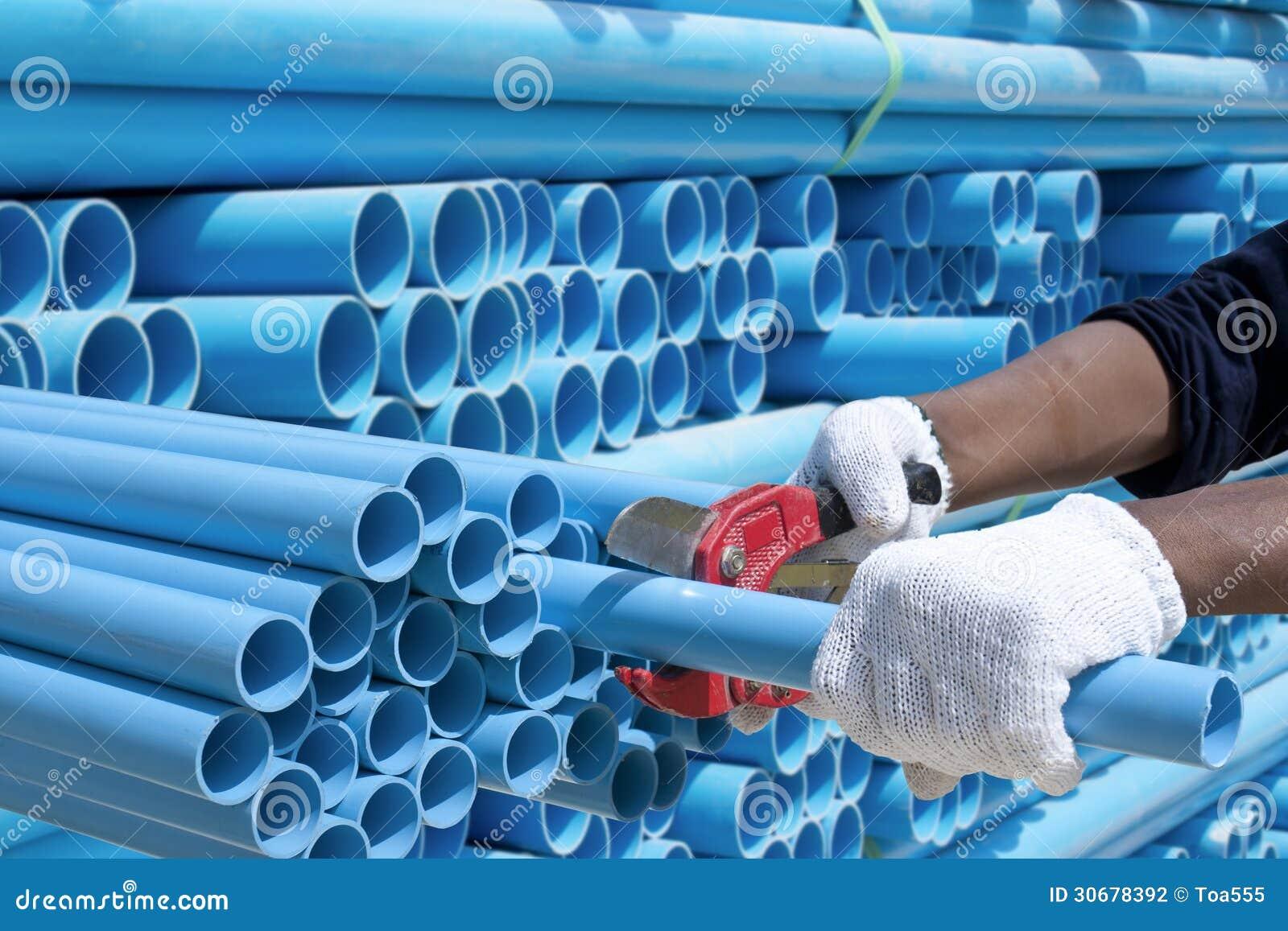 Tubo del PVC del taglio del lavoratore