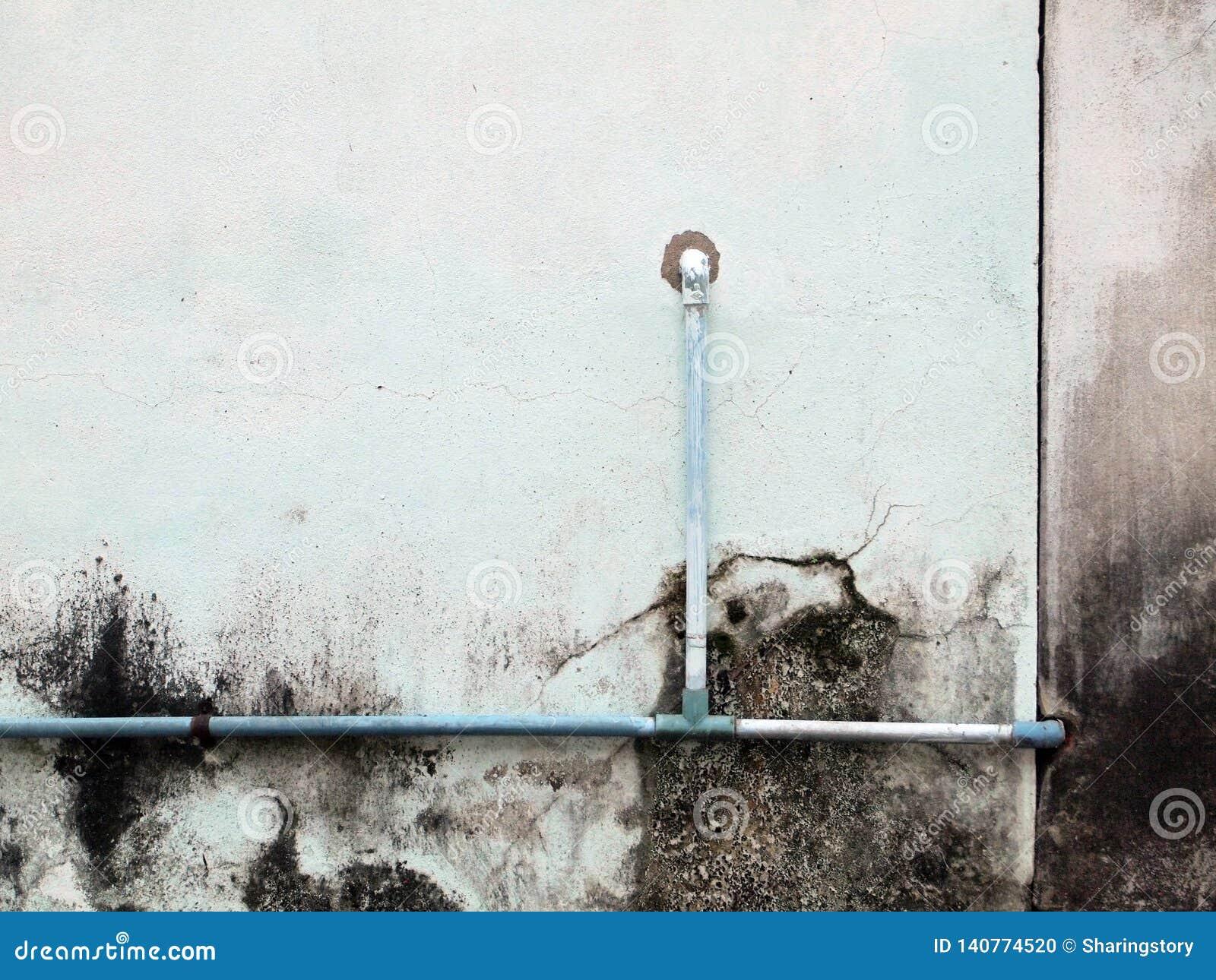 Tubo dell impianto idraulico contro la parete dello stucco