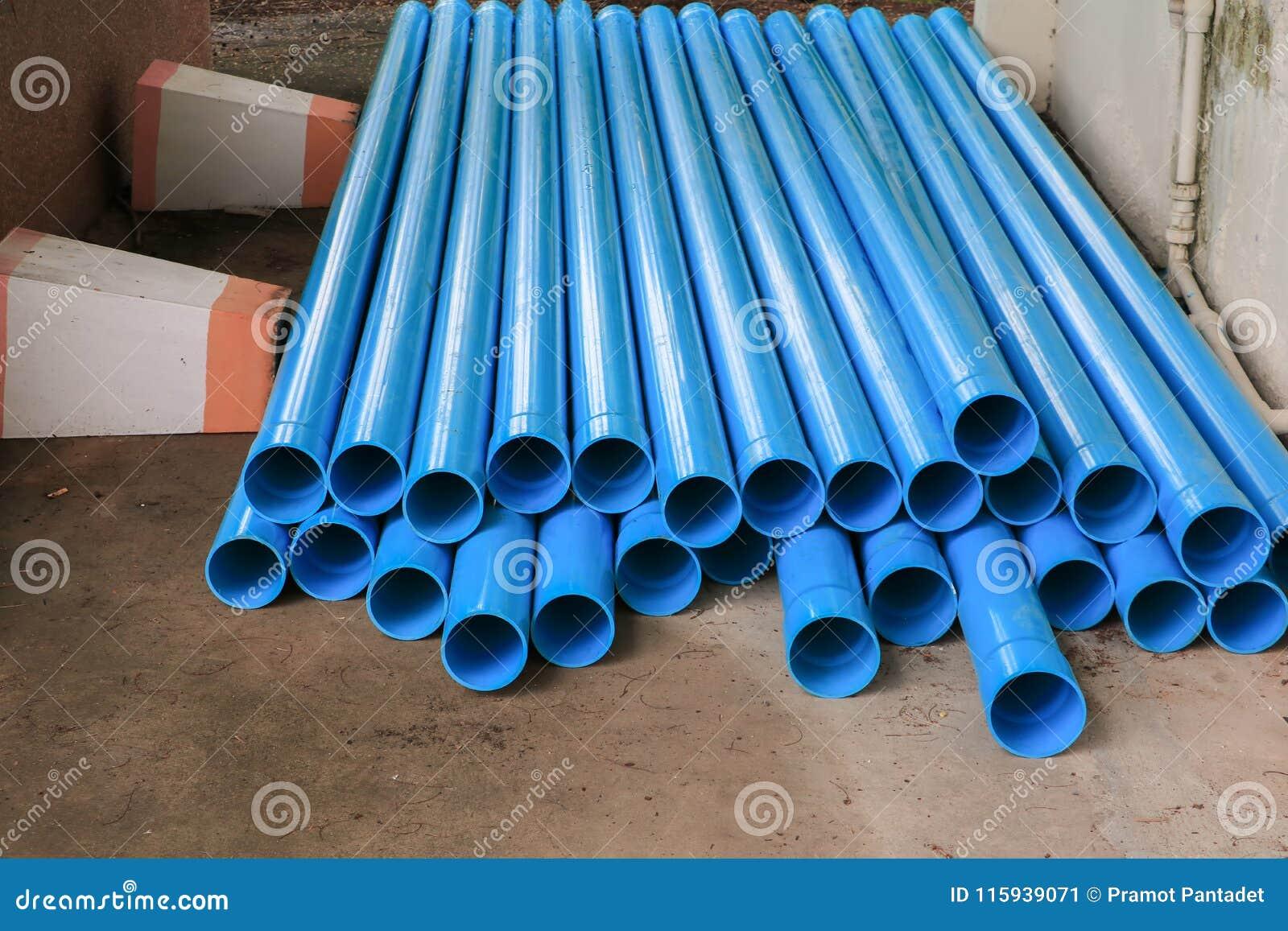 Tubo di plastica del PVC impilato in un cantiere