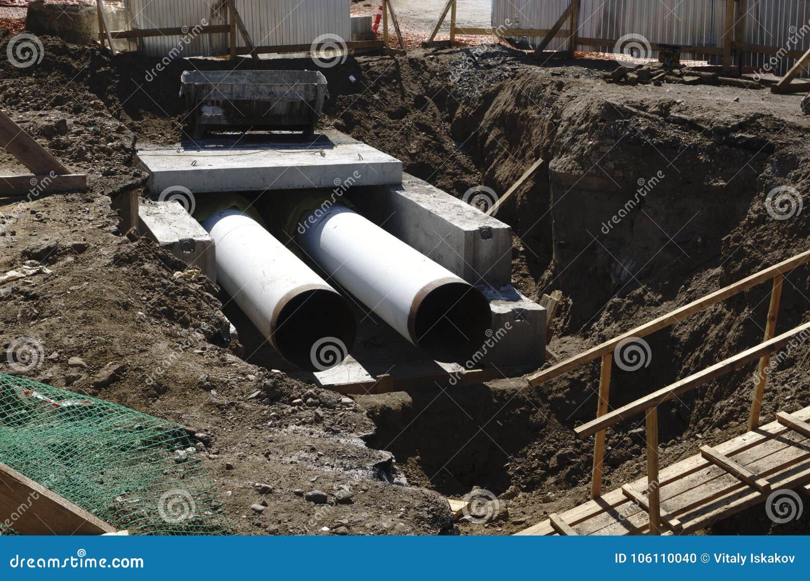 Tubo En Un Emplazamiento De La Obra Los Tubos Del Hierro Eran Aguas ...