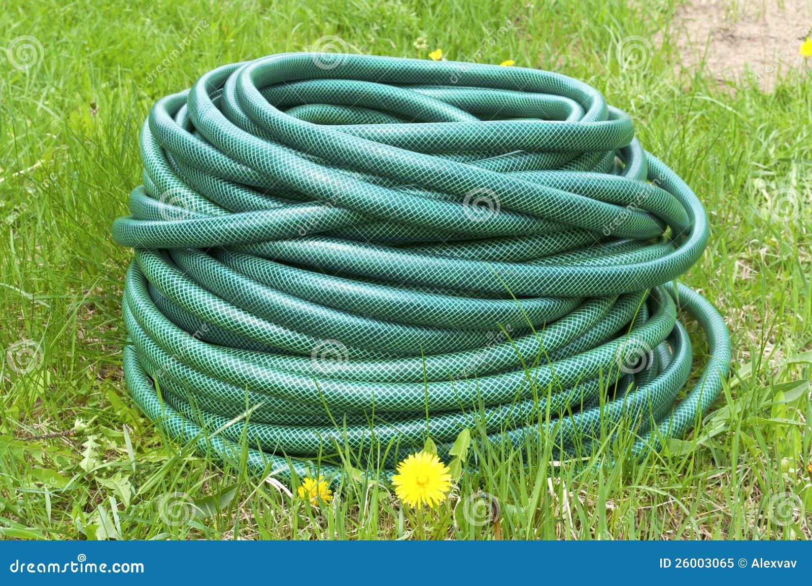 tubo flessibile di giardino per acqua immagine stock