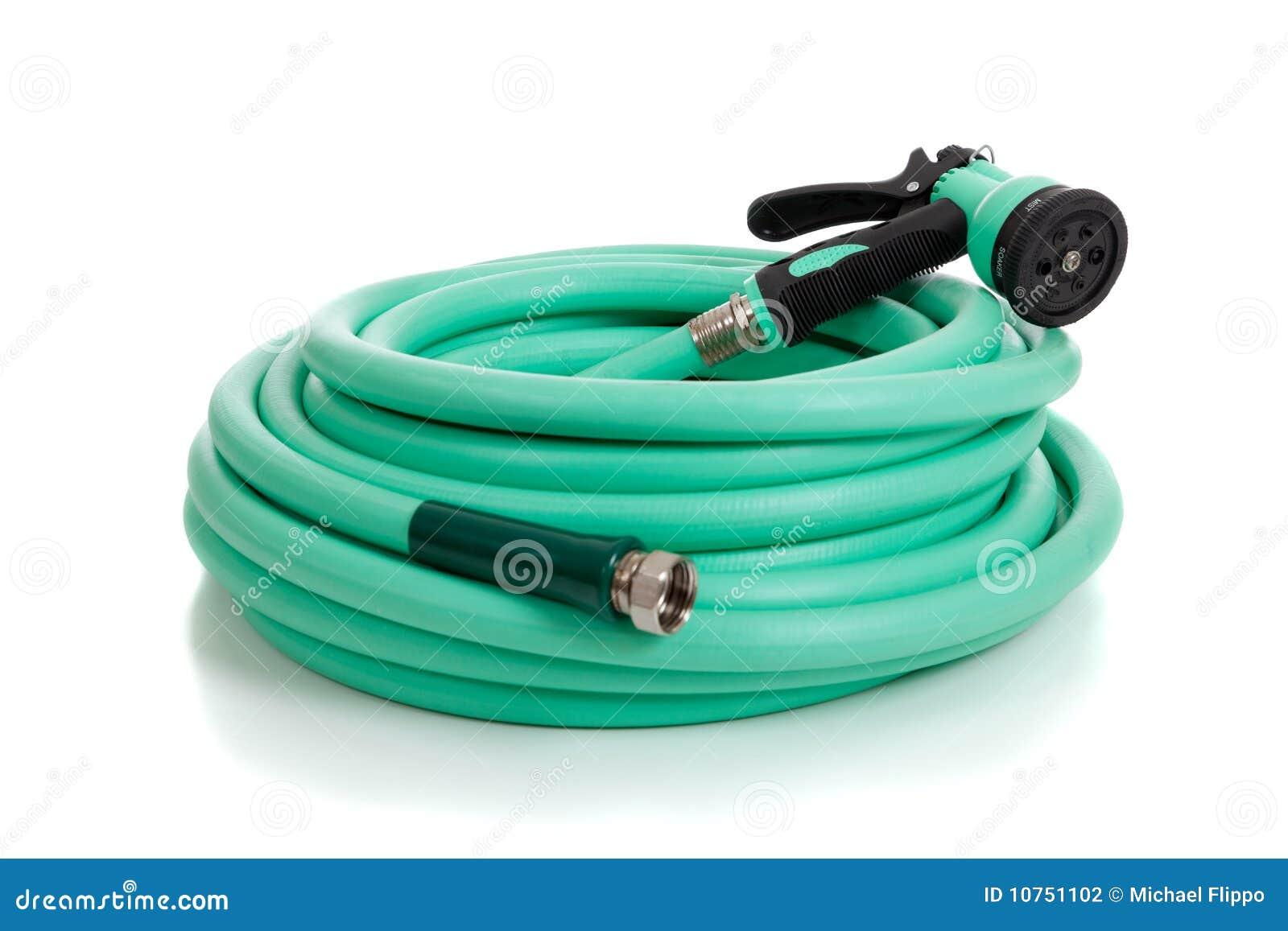 Tubo flessibile di giardino verde con lo spruzzatore