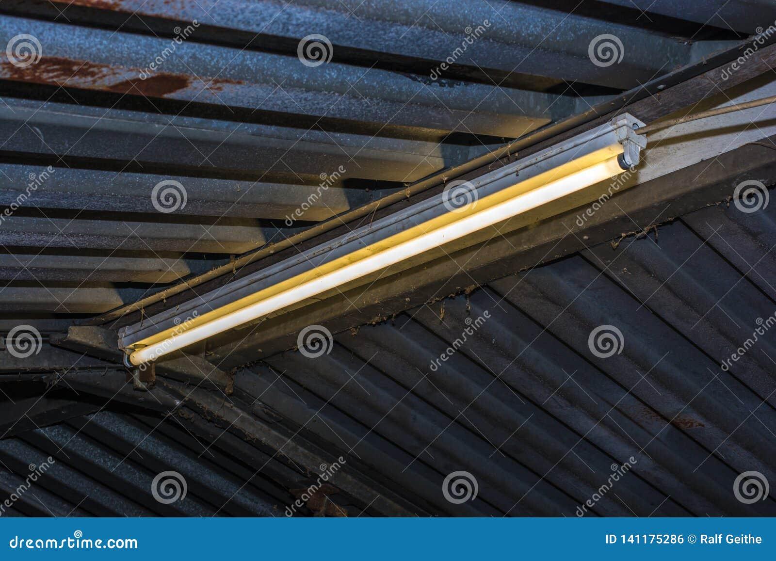 Tubo fluorescente em uma garagem