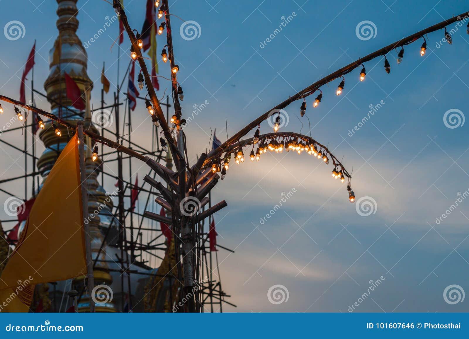 Tubo fluorescente en el templo justo en la noche