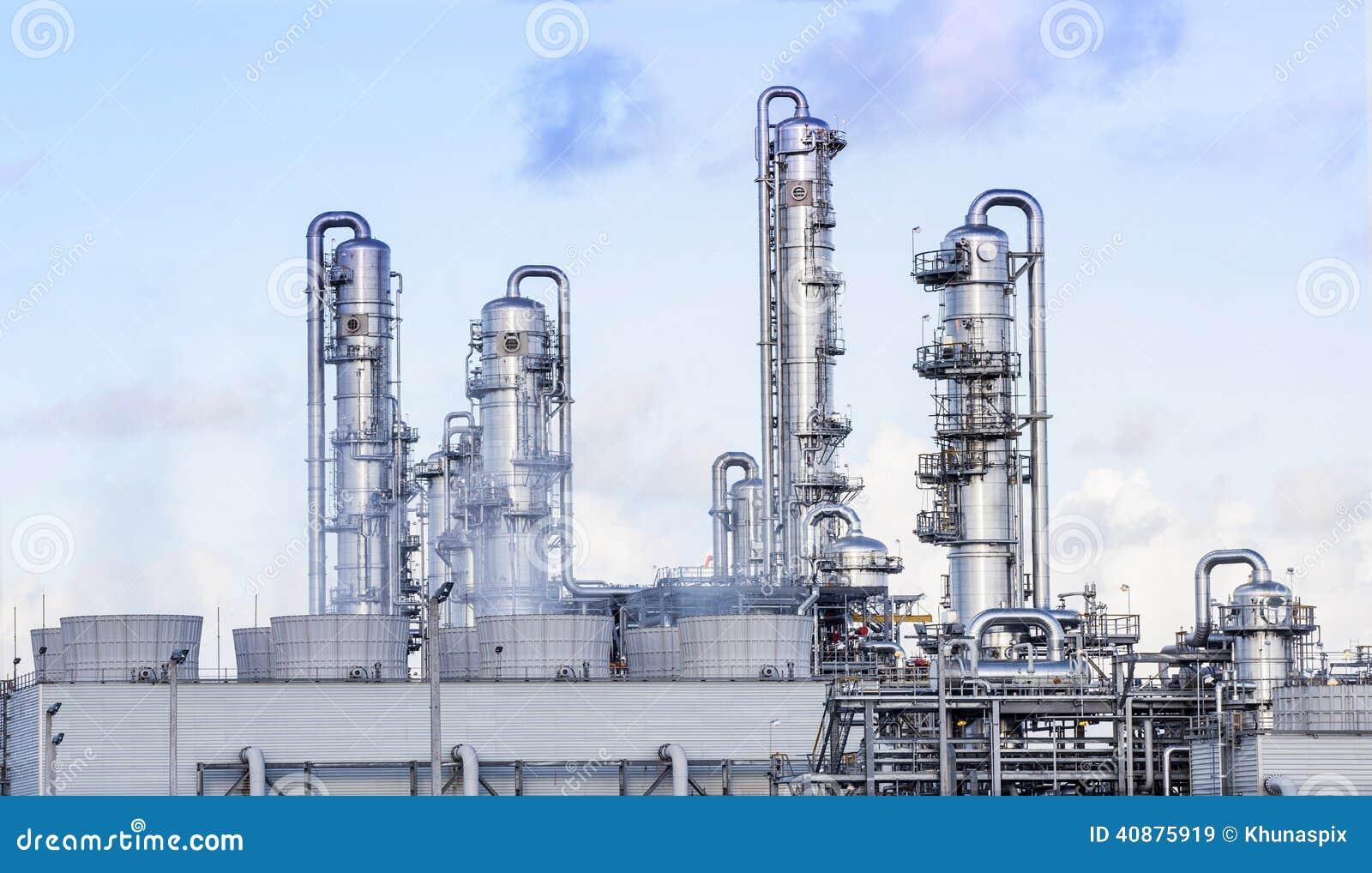 Tubo grande na instalação petroquímica da refinaria no estat da indústria pesada