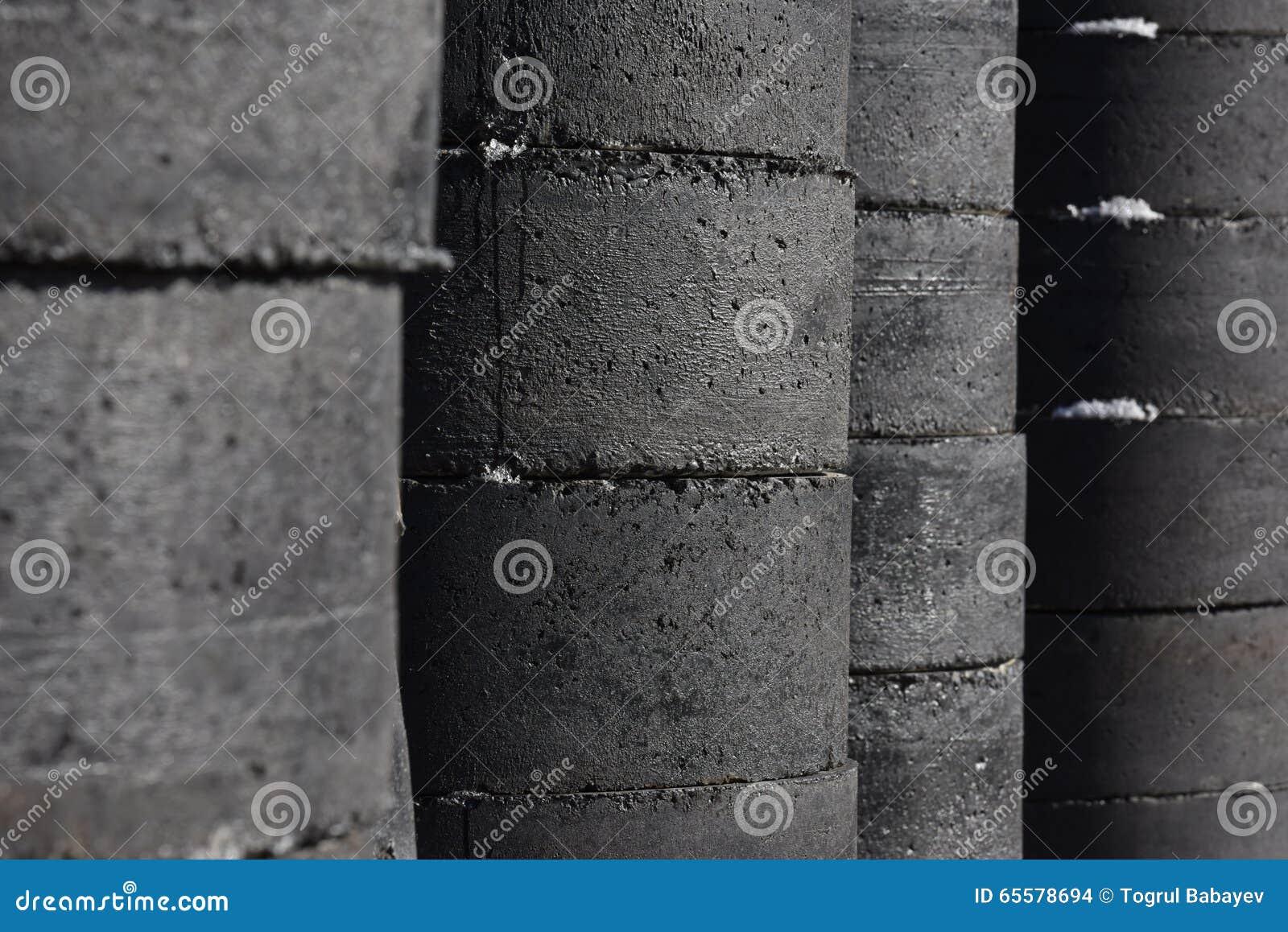 Tubos concretos escuros da construção